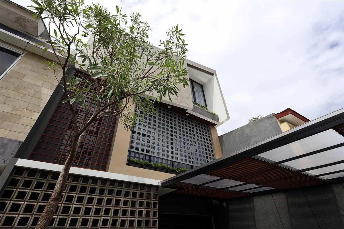 Vindo Design Urban House 2.0 Jakarta Selatan, Kota Jakarta Selatan, Daerah Khusus Ibukota Jakarta, Indonesia Jakarta Selatan, Kota Jakarta Selatan, Daerah Khusus Ibukota Jakarta, Indonesia Fasad Rumah Urban House Modern  90367