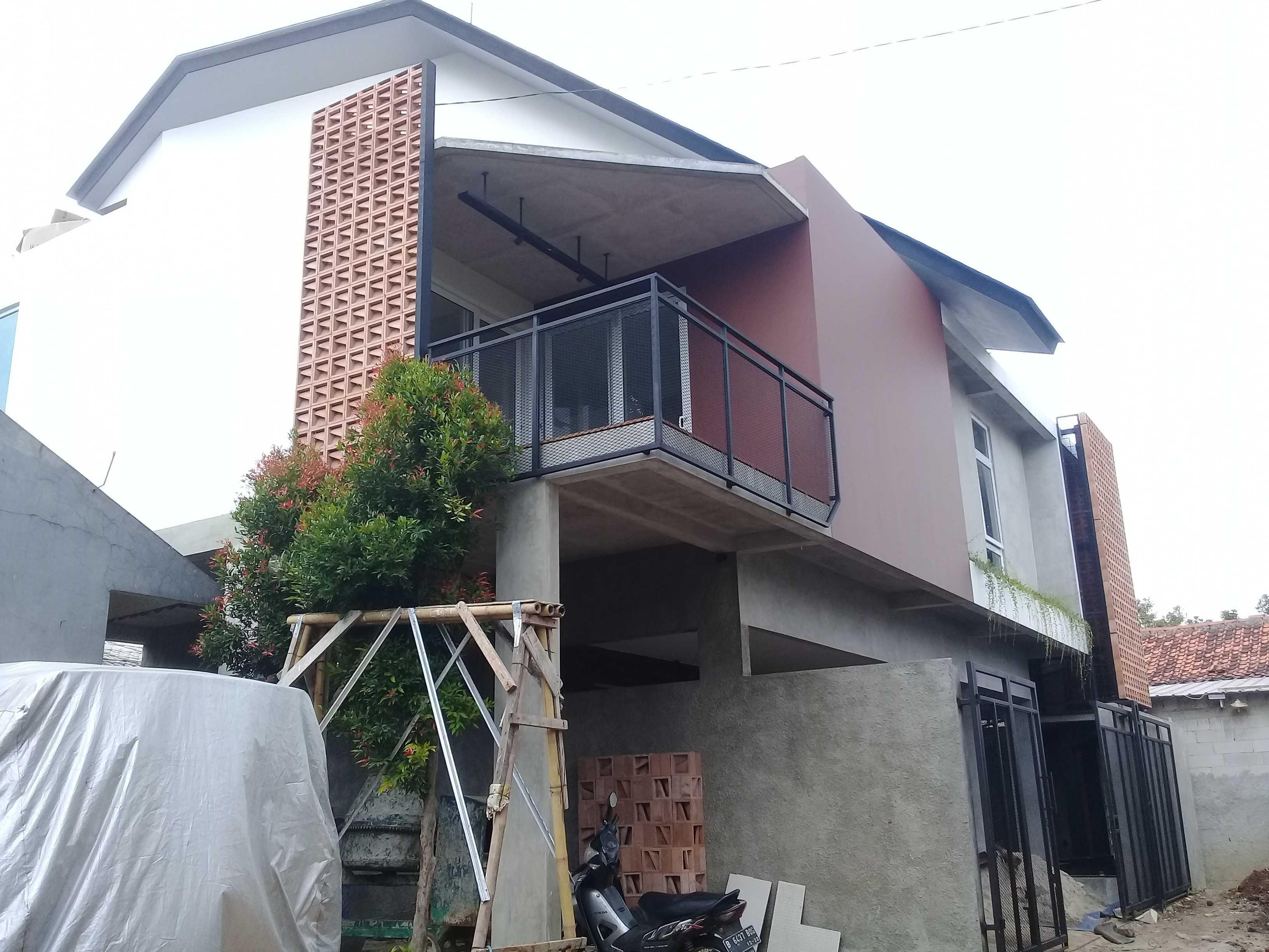 Yasa+ W-House Kec. Ciledug, Kota Tangerang, Banten, Indonesia Kec. Ciledug, Kota Tangerang, Banten, Indonesia Tampak Depan Rumah Modern  90983
