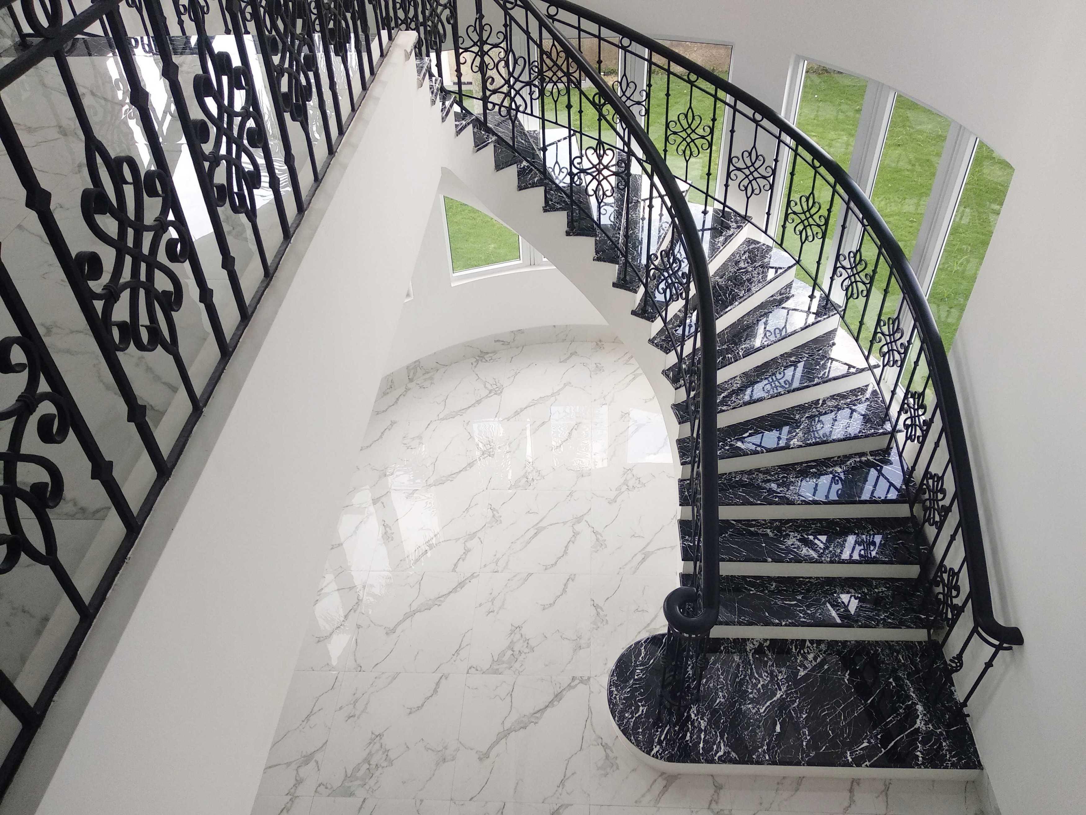 Arkitekt.id Setraduta Kencana Bandung Bandung Sk House - Stairs Classic <P>Tangga Melingkar Diberi Sentuhan Material Marmer Baru Yang Kontras Dengan Lantainya. Jendela Melengkung Di Area Tangga Ini Juga Diganti Menggunakan Kusen Upvc Yang Dibagi Per Segmen.</p> 69583