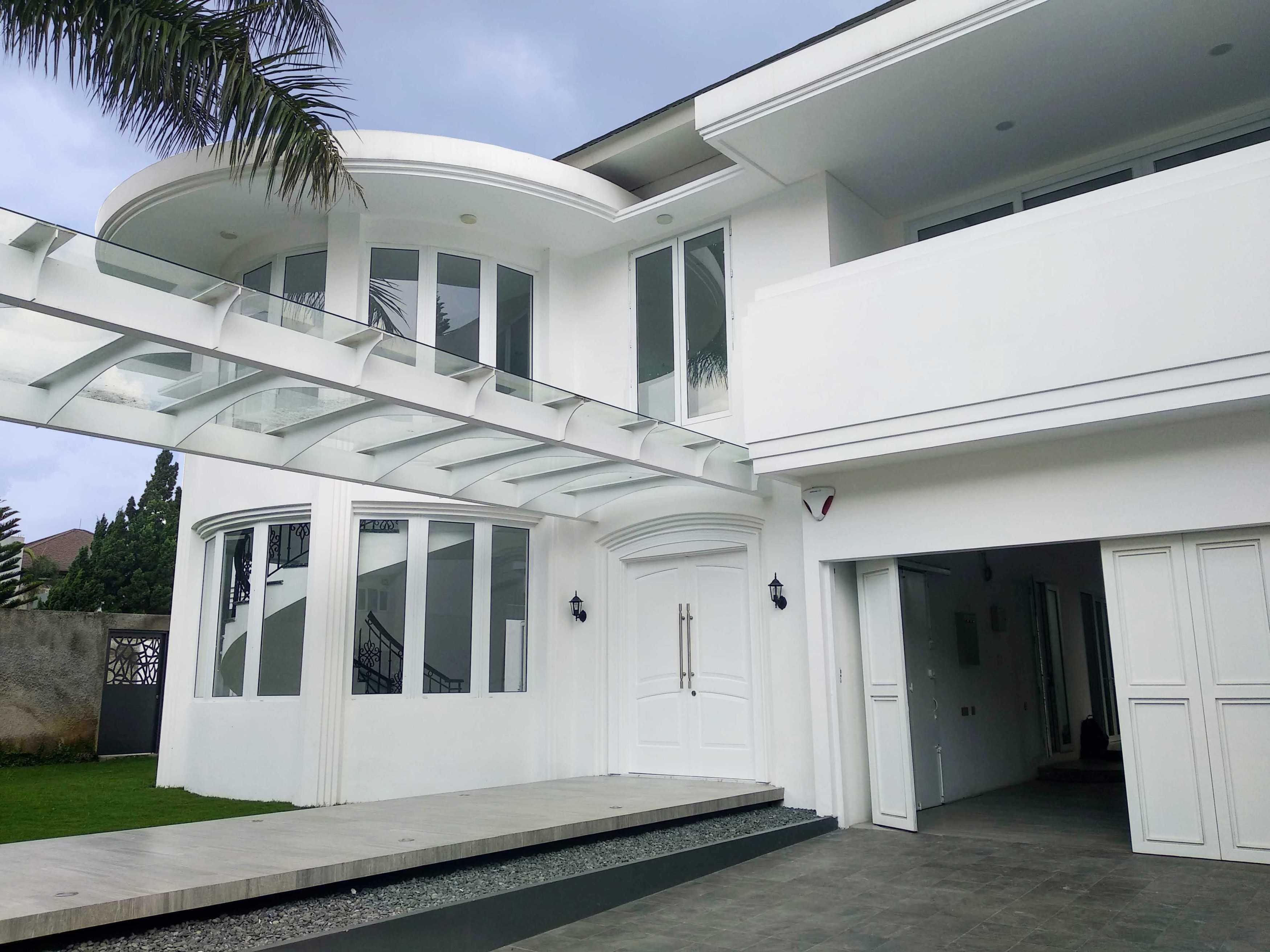Arkitekt.id Setraduta Kencana Bandung Bandung Sk House - Exterior  <P>Dominasi Warna Putih Pada Bangunan Dengan Tambahan Sedikit Profil Pada Dinding Dan Kanopi Memberikan Sentuhan Modern Pada Gaya Klasik Rumah Ini.</p> 69589