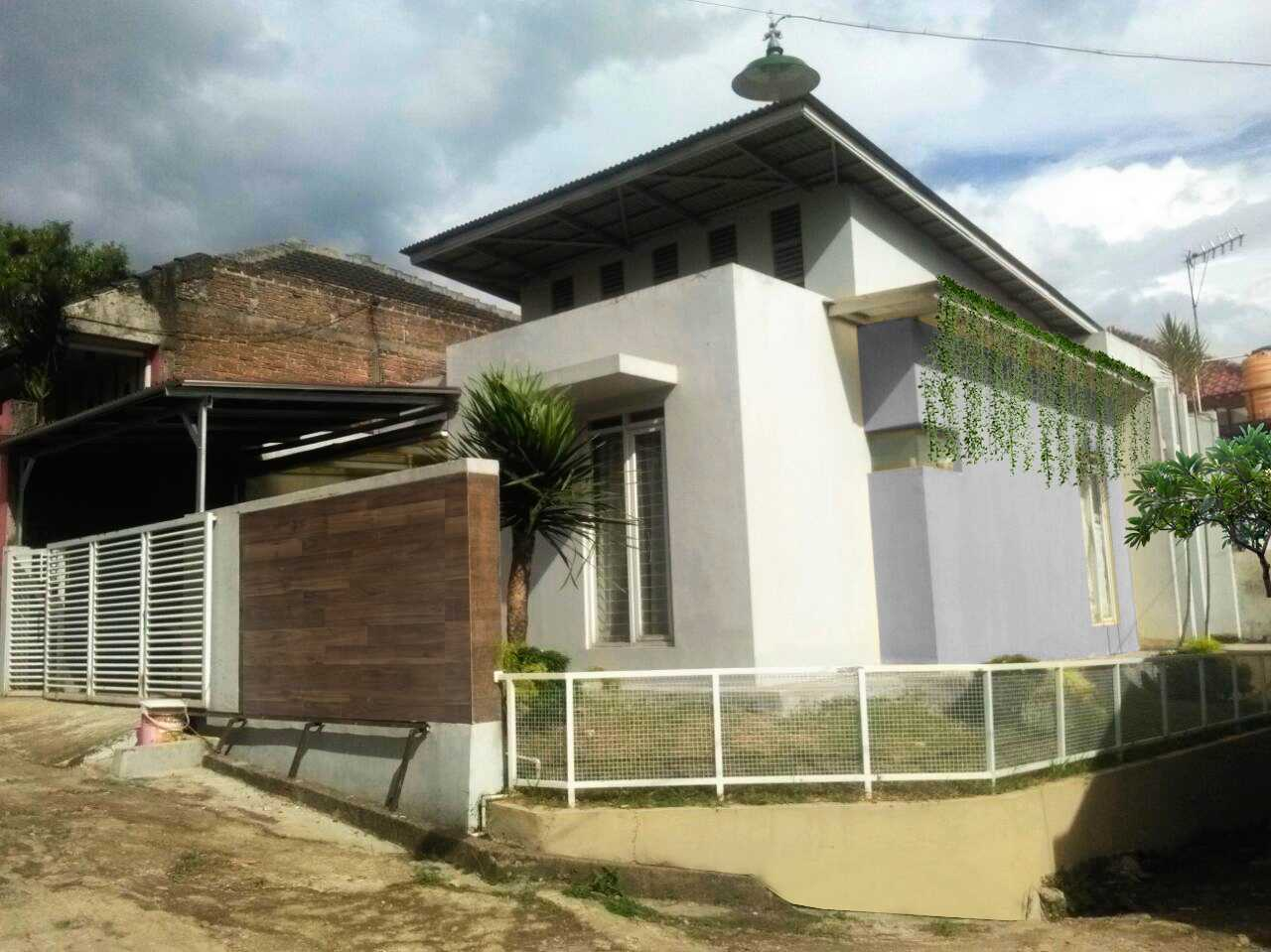Daun Architect Rumah Tinggal Mini Cimuncang Bandung, Kota Bandung, Jawa Barat, Indonesia Bandung, Kota Bandung, Jawa Barat, Indonesia Daun-Architect-Rumah-Tinggal-Mini-Cimuncang   64541
