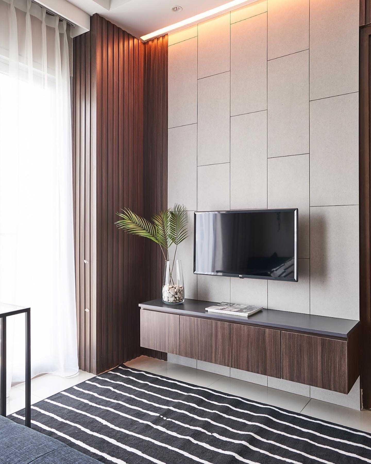 Studio Ig Interior Capitol Park Residence Jakarta Pusat, Kota Jakarta Pusat, Daerah Khusus Ibukota Jakarta, Indonesia Jakarta Pusat, Kota Jakarta Pusat, Daerah Khusus Ibukota Jakarta, Indonesia Capitol Park Residence - Project Minimalist Wood Flatted Panel Combined With Concrete Make These Area Looks High And Bigger 81792