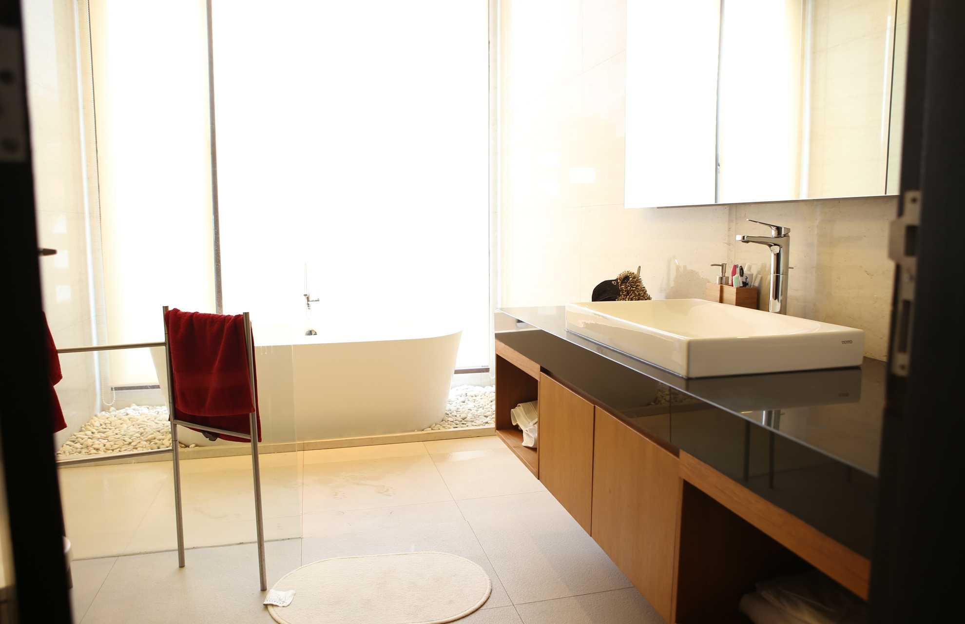 Home By Fabelio.com Cipete Villa Cipete Sel., Cilandak, Kota Jakarta Selatan, Daerah Khusus Ibukota Jakarta, Indonesia Cipete Sel., Cilandak, Kota Jakarta Selatan, Daerah Khusus Ibukota Jakarta, Indonesia Bathroom Contemporary  54110