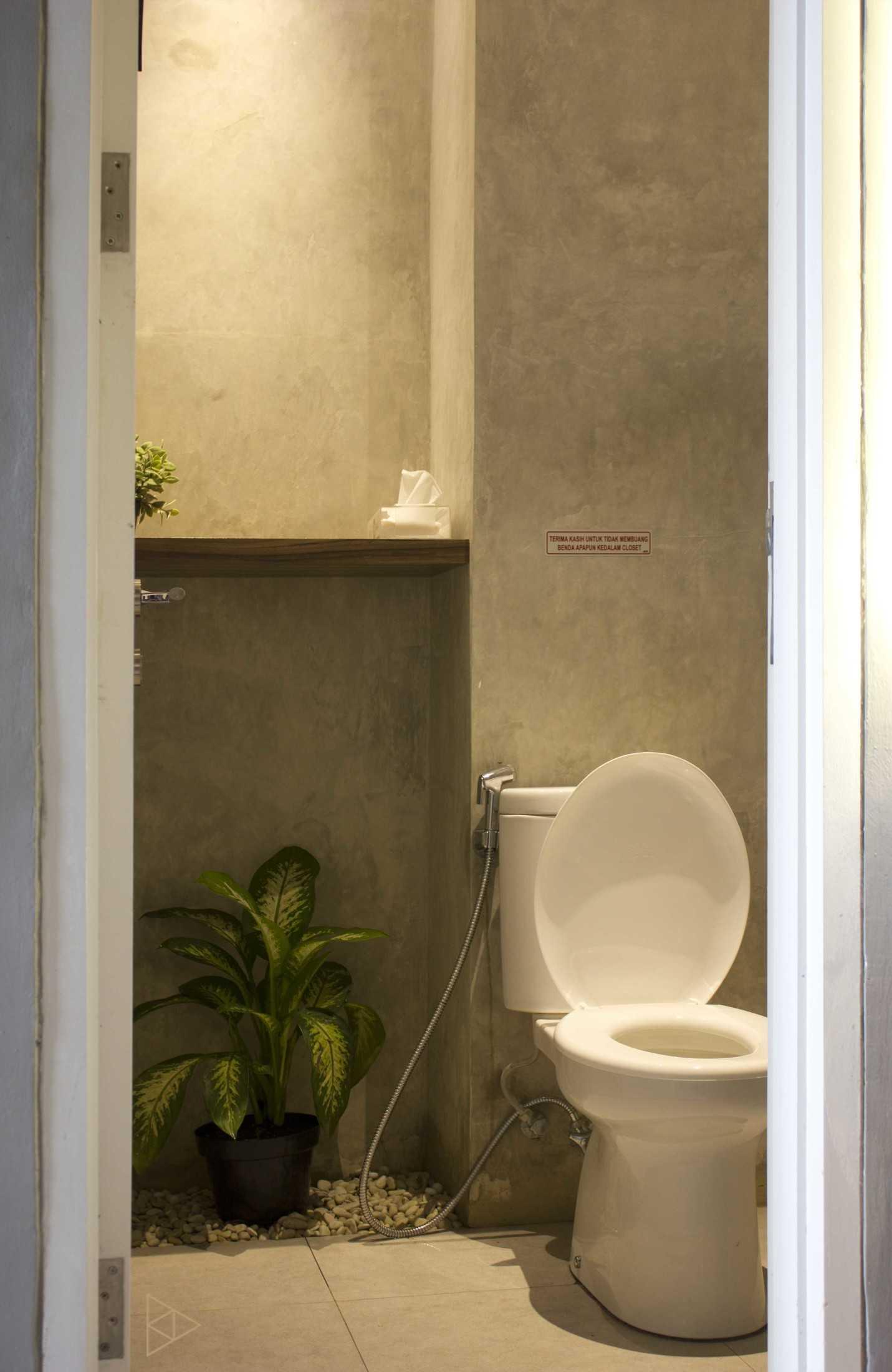 Ties Design & Build 90'S Flazback Cafe Klp. Indah, Kec. Tangerang, Kota Tangerang, Banten, Indonesia Klp. Indah, Kec. Tangerang, Kota Tangerang, Banten, Indonesia Toilet - 2Nd Floor  68658