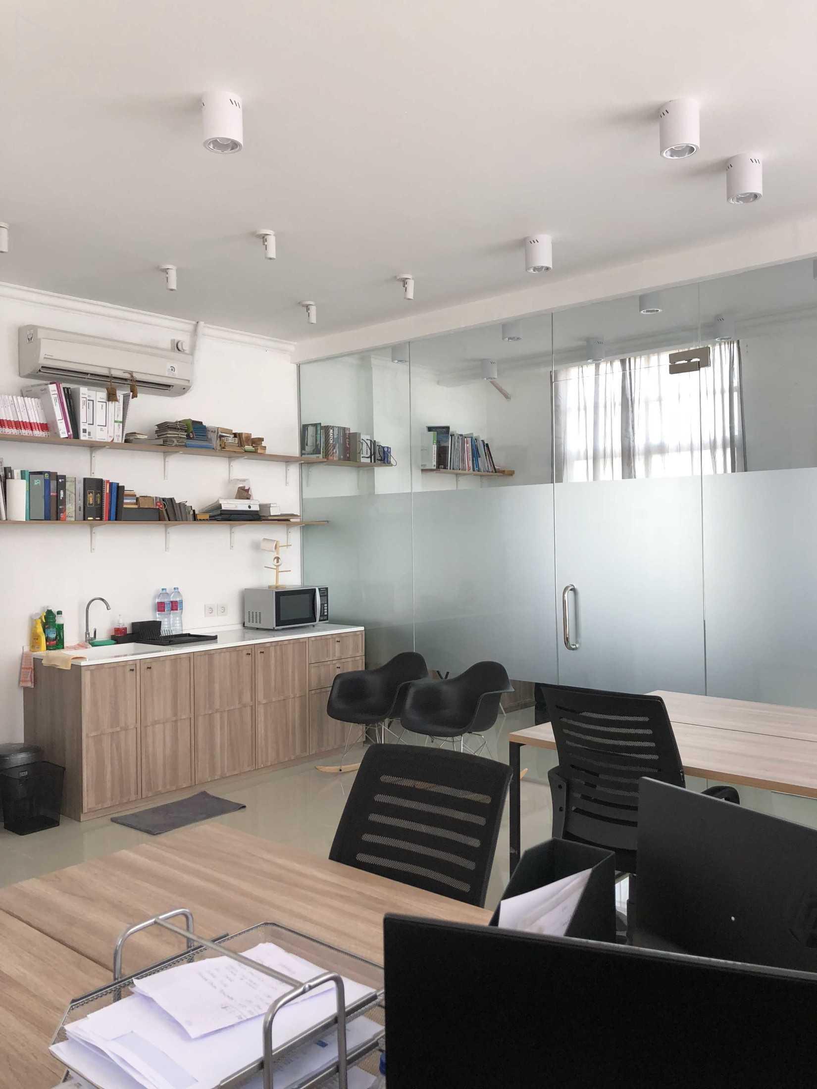 Ties Design & Build Ts Office Jl. Green Lake City Boulevard, Petir, Cipondoh, Kota Tangerang, Banten, Indonesia Jl. Green Lake City Boulevard, Petir, Cipondoh, Kota Tangerang, Banten, Indonesia Pantry  68666