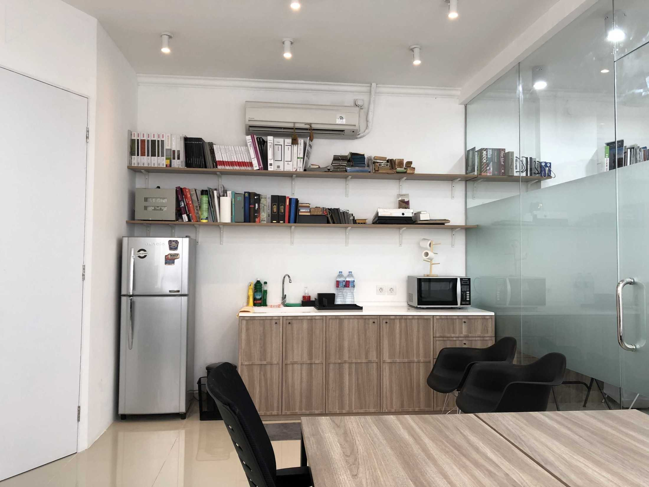 Ties Design & Build Ts Office Jl. Green Lake City Boulevard, Petir, Cipondoh, Kota Tangerang, Banten, Indonesia Jl. Green Lake City Boulevard, Petir, Cipondoh, Kota Tangerang, Banten, Indonesia Pantry  68667