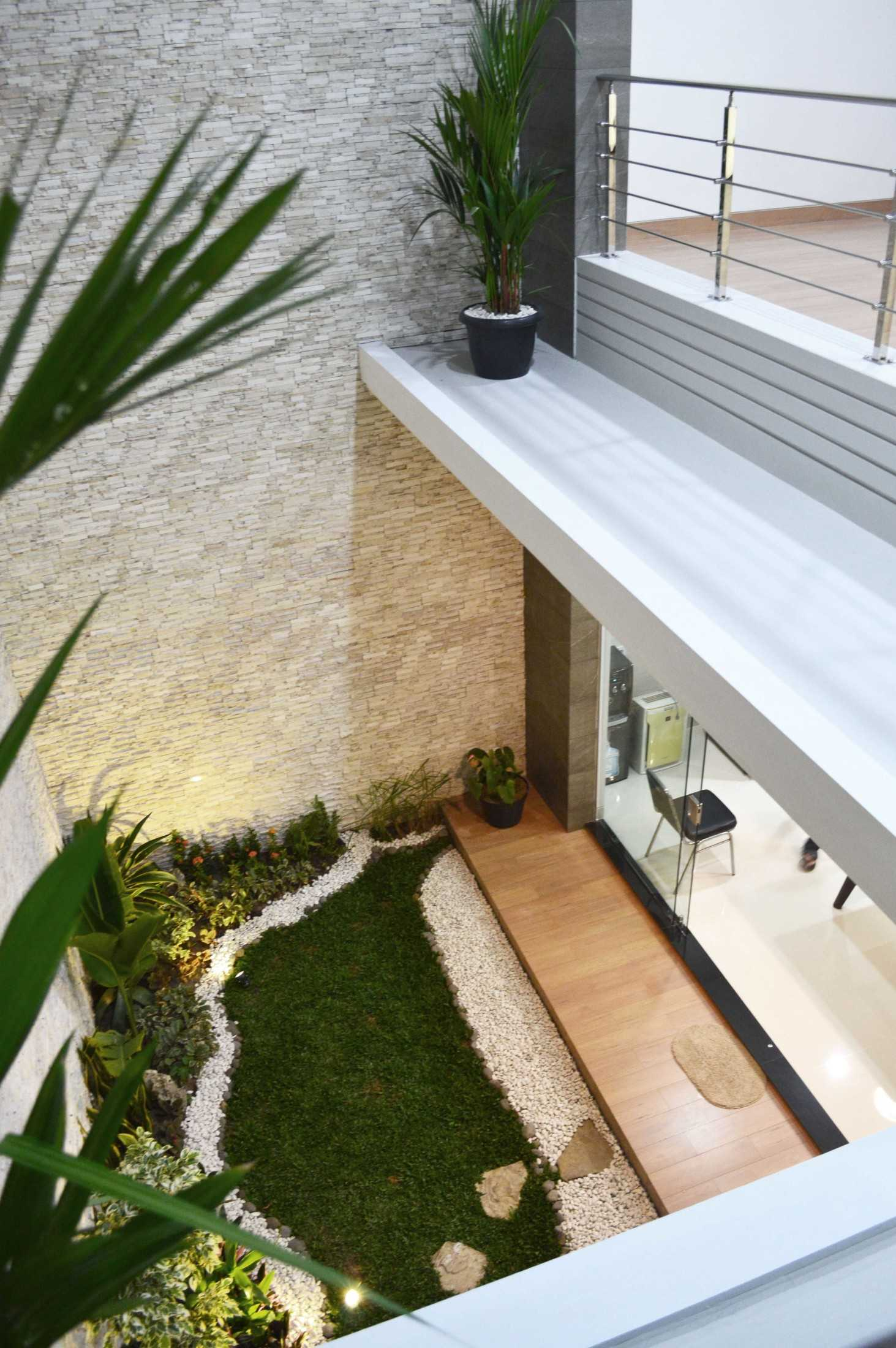 Conarch Studio Modern House With Natural Color Palette Surakarta, Kota Surakarta, Jawa Tengah, Indonesia Surakarta, Kota Surakarta, Jawa Tengah, Indonesia Indoor Garden  122981