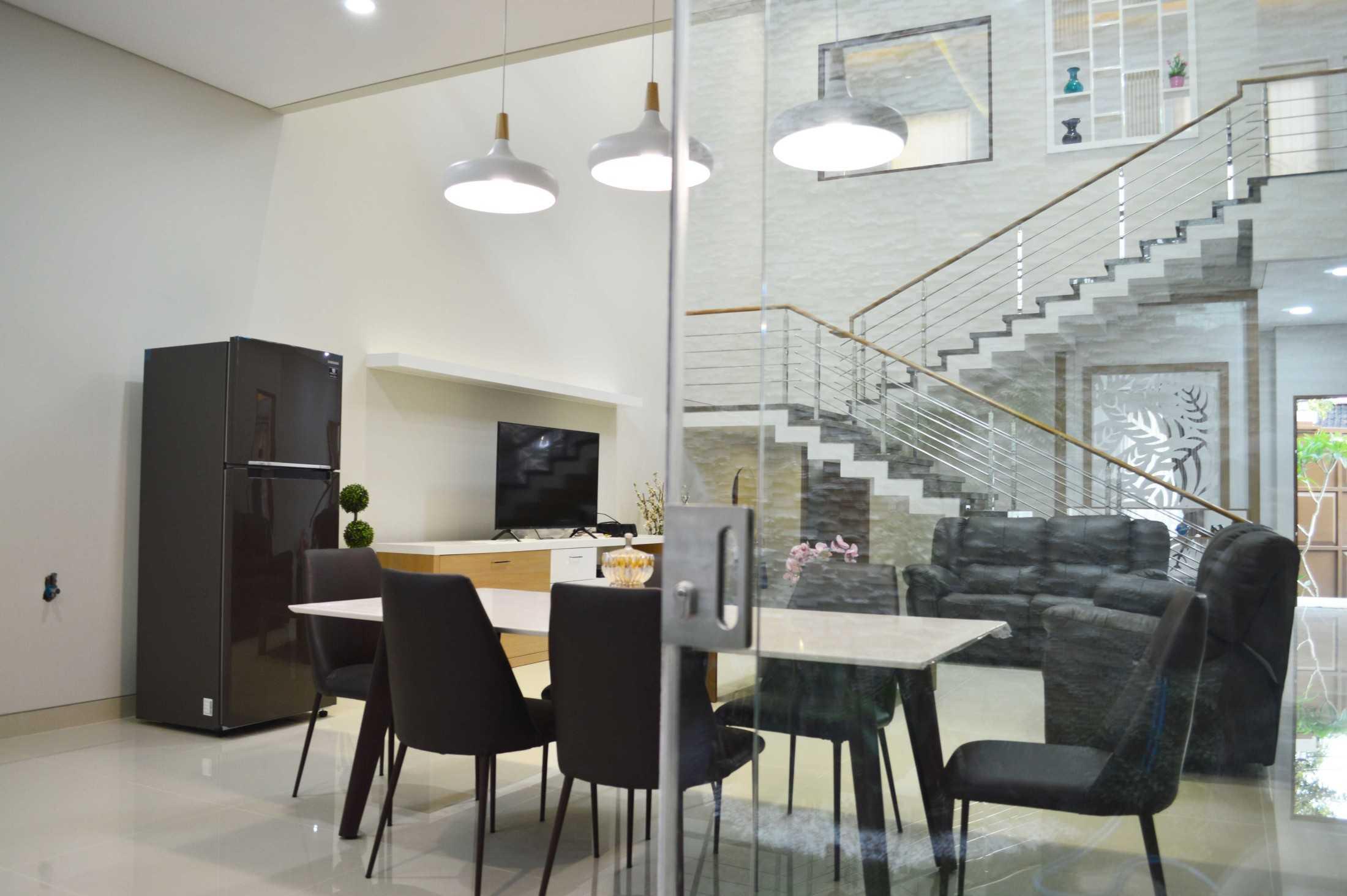 Conarch Studio Modern House With Natural Color Palette Surakarta, Kota Surakarta, Jawa Tengah, Indonesia Surakarta, Kota Surakarta, Jawa Tengah, Indonesia Living Room & Dining Room  122993