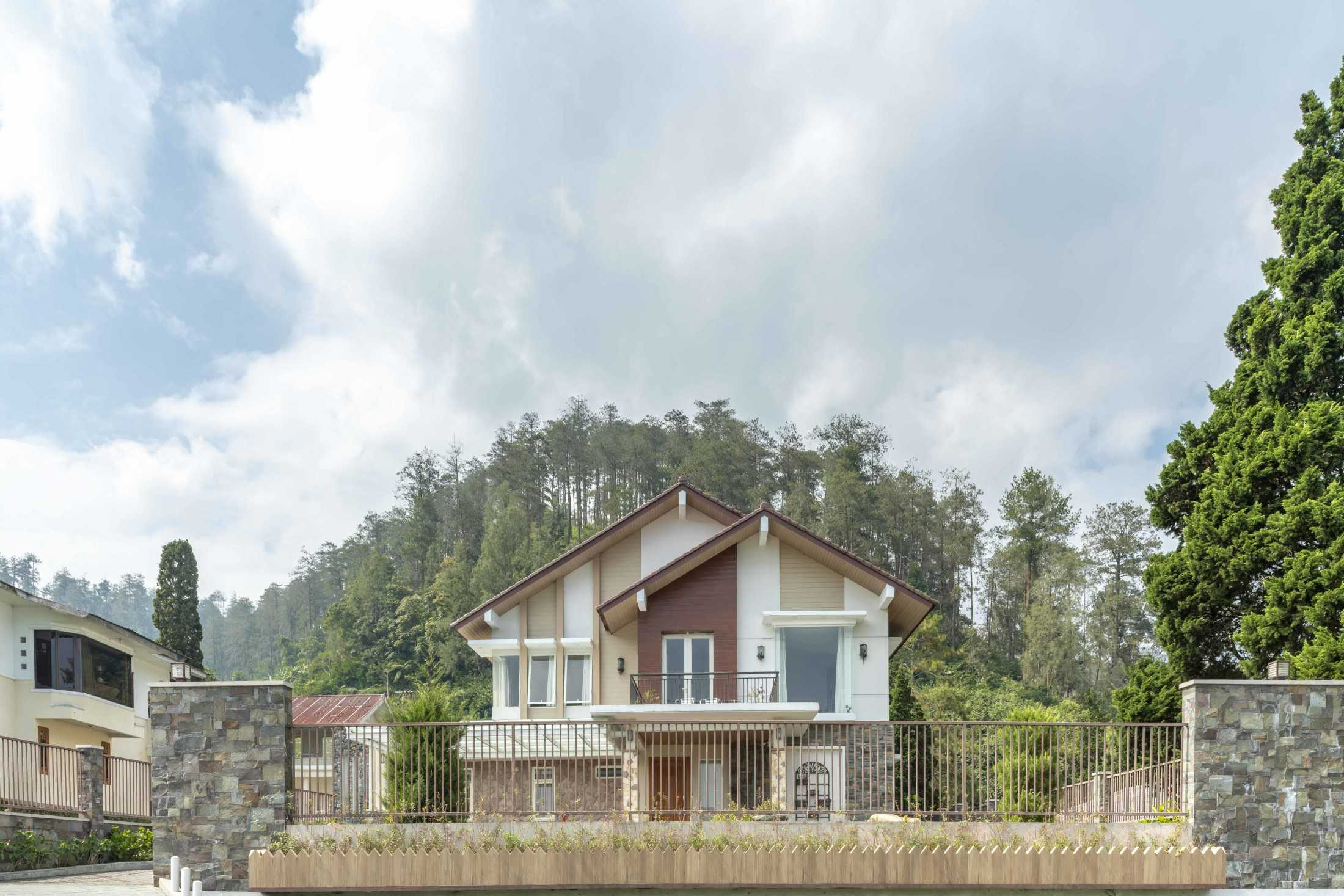 Conarch Studio Breezy Tropical Villa Kec. Tawangmangu, Kabupaten Karanganyar, Jawa Tengah, Indonesia Kec. Tawangmangu, Kabupaten Karanganyar, Jawa Tengah, Indonesia Exterior Tropical 126657