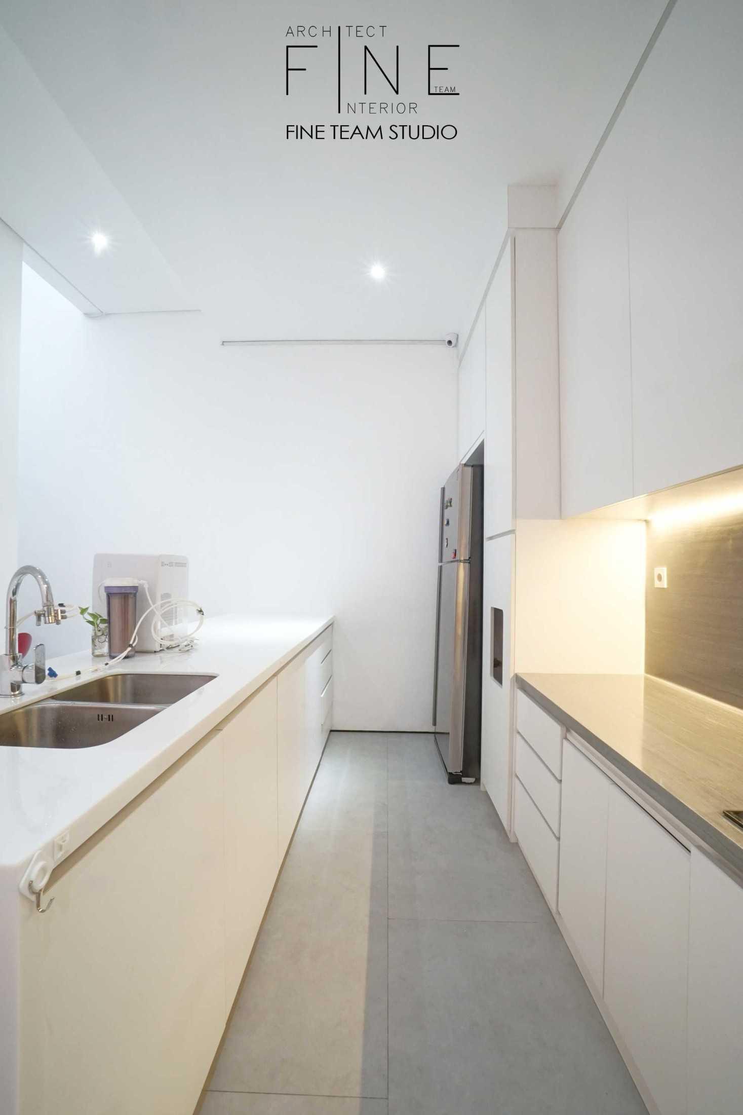 Foto inspirasi ide desain dapur minimalis Fine-team-studio-bandengan-residence oleh Fine Team Studio di Arsitag