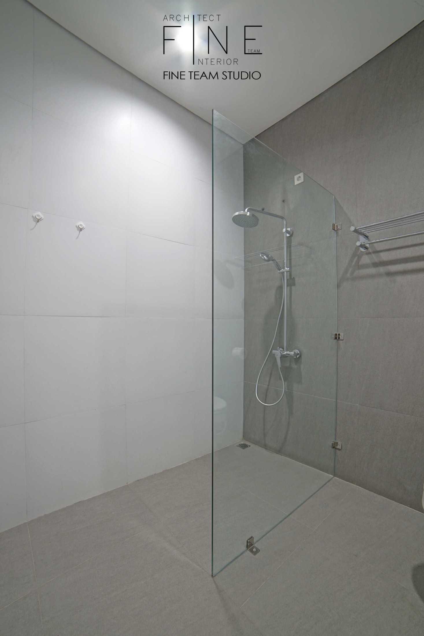 Foto inspirasi ide desain kamar mandi minimalis Fine-team-studio-bandengan-residence oleh Fine Team Studio di Arsitag