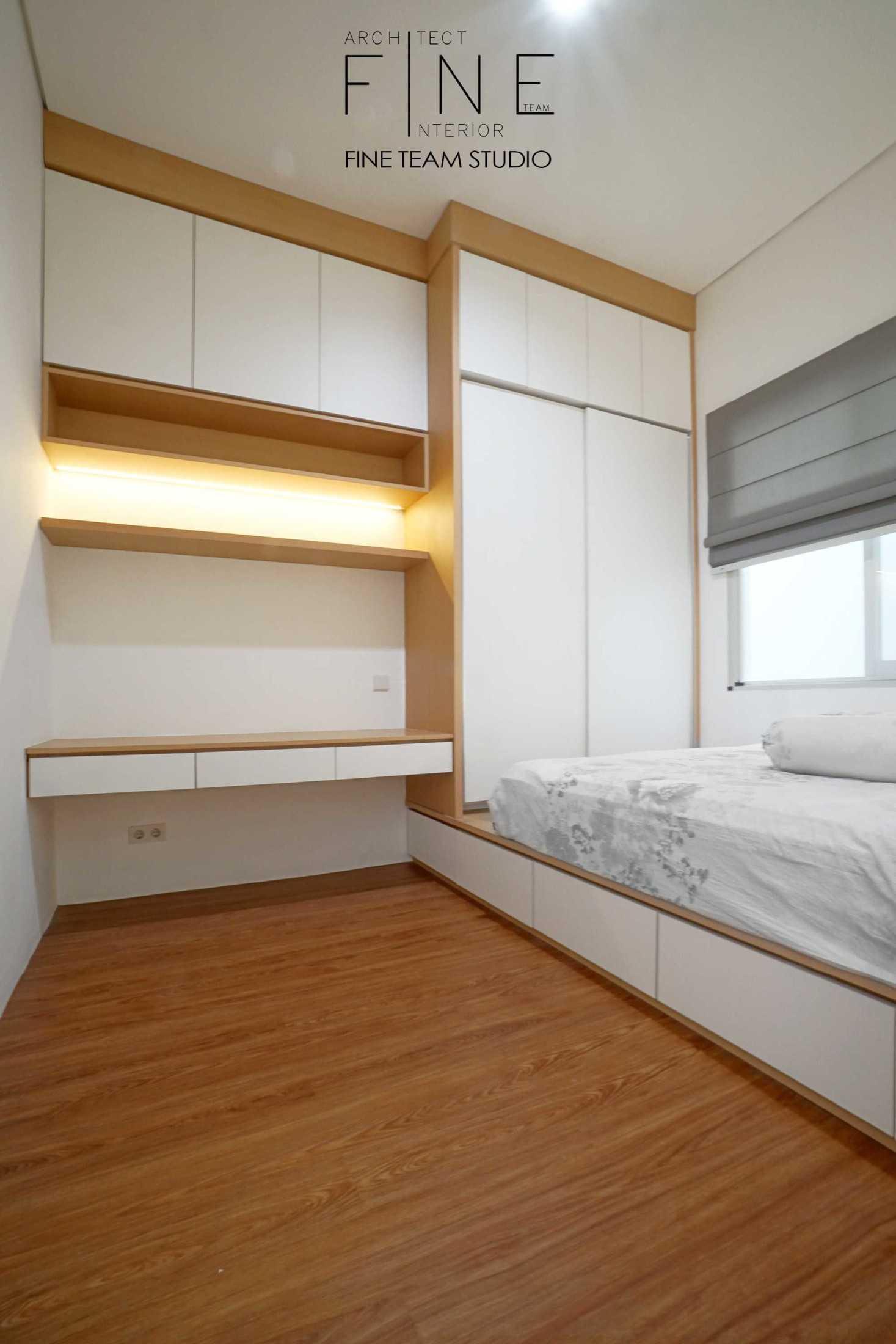 Foto inspirasi ide desain kamar tidur minimalis Fine-team-studio-bandengan-residence oleh Fine Team Studio di Arsitag