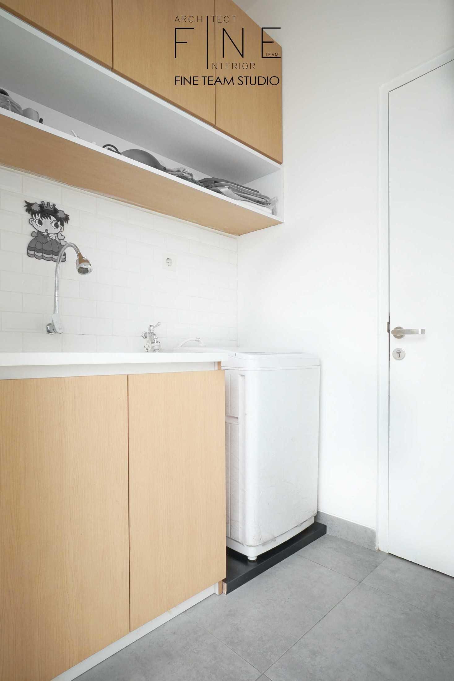 Foto inspirasi ide desain laundry Fine-team-studio-bandengan-residence oleh Fine Team Studio di Arsitag