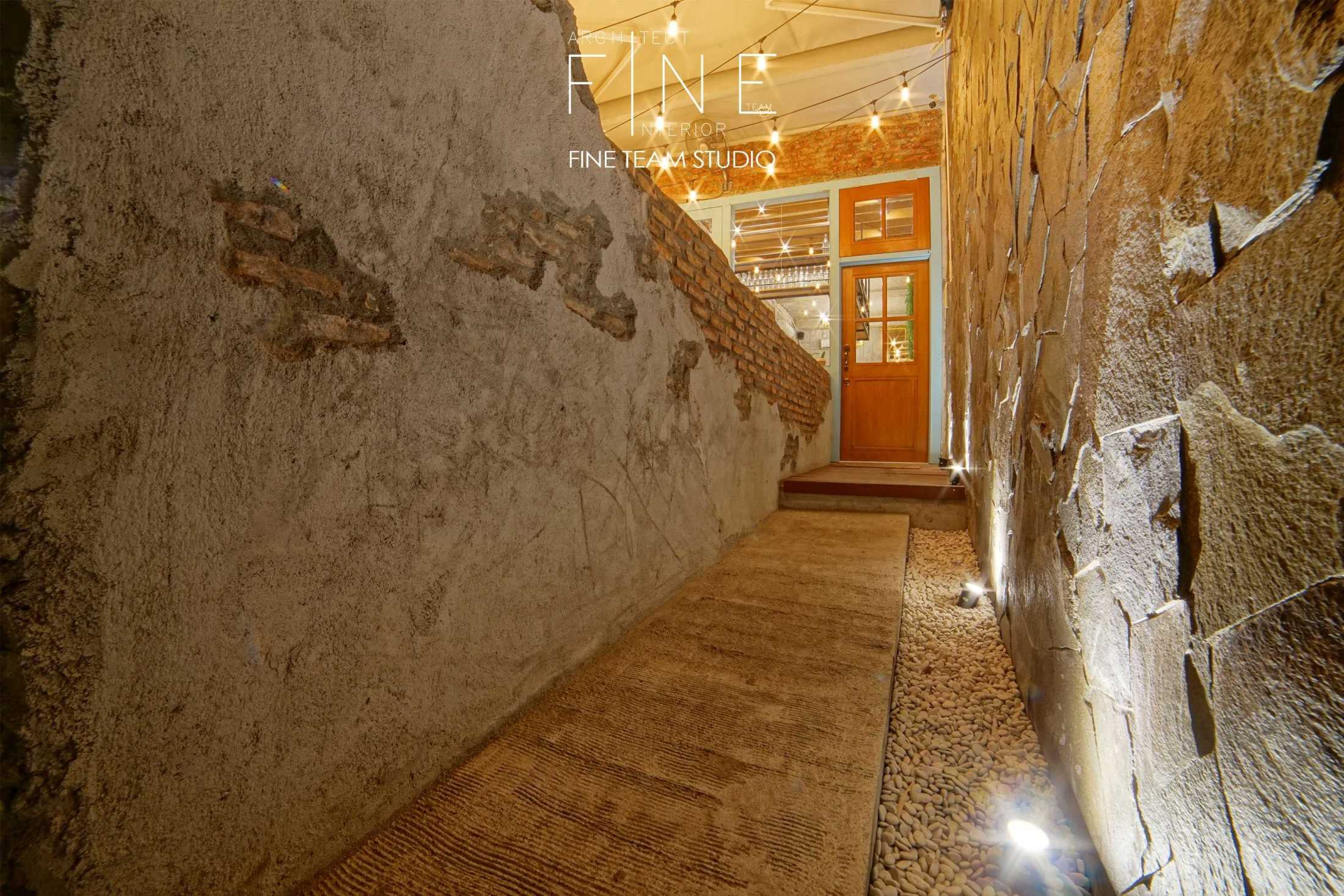 Foto inspirasi ide desain koridor dan lorong industrial Fine-team-studio-delapan-gram oleh Fine Team Studio di Arsitag