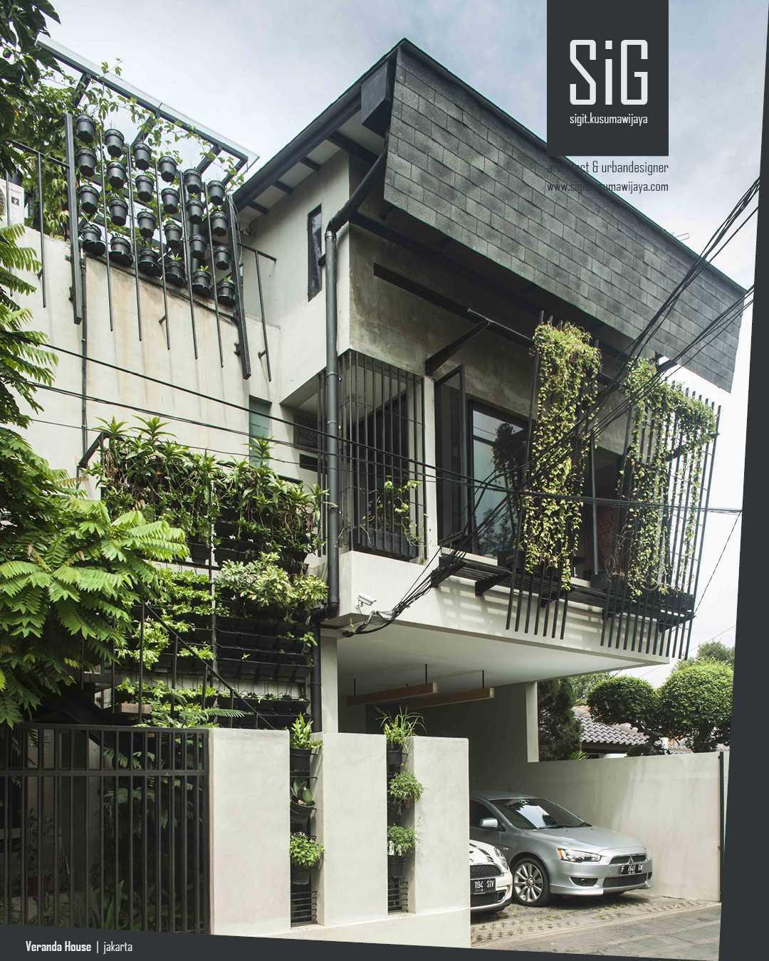 Foto inspirasi ide desain exterior industrial Sigitkusumawijaya-architect-urbandesigner-rumah-beranda-green-boarding-house oleh sigit.kusumawijaya | architect & urbandesigner di Arsitag