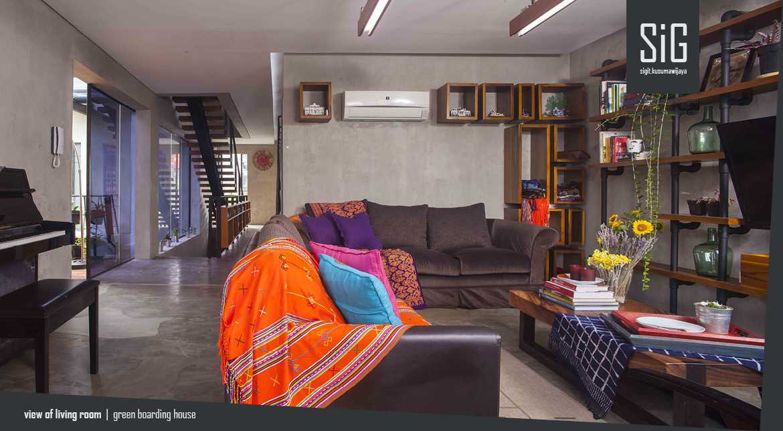 Foto inspirasi ide desain ruang keluarga industrial Sigitkusumawijaya-architect-urbandesigner-rumah-beranda-green-boarding-house oleh sigit.kusumawijaya | architect & urbandesigner di Arsitag