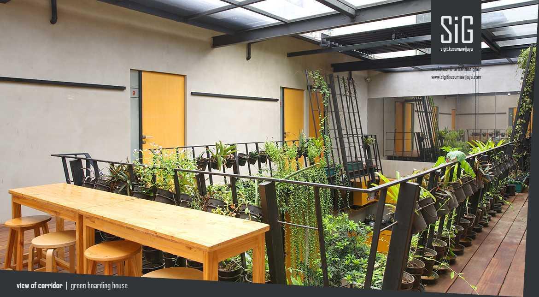 Foto inspirasi ide desain rumah tropis Sigitkusumawijaya-architect-urbandesigner-rumah-beranda-green-boarding-house oleh sigit.kusumawijaya | architect & urbandesigner di Arsitag