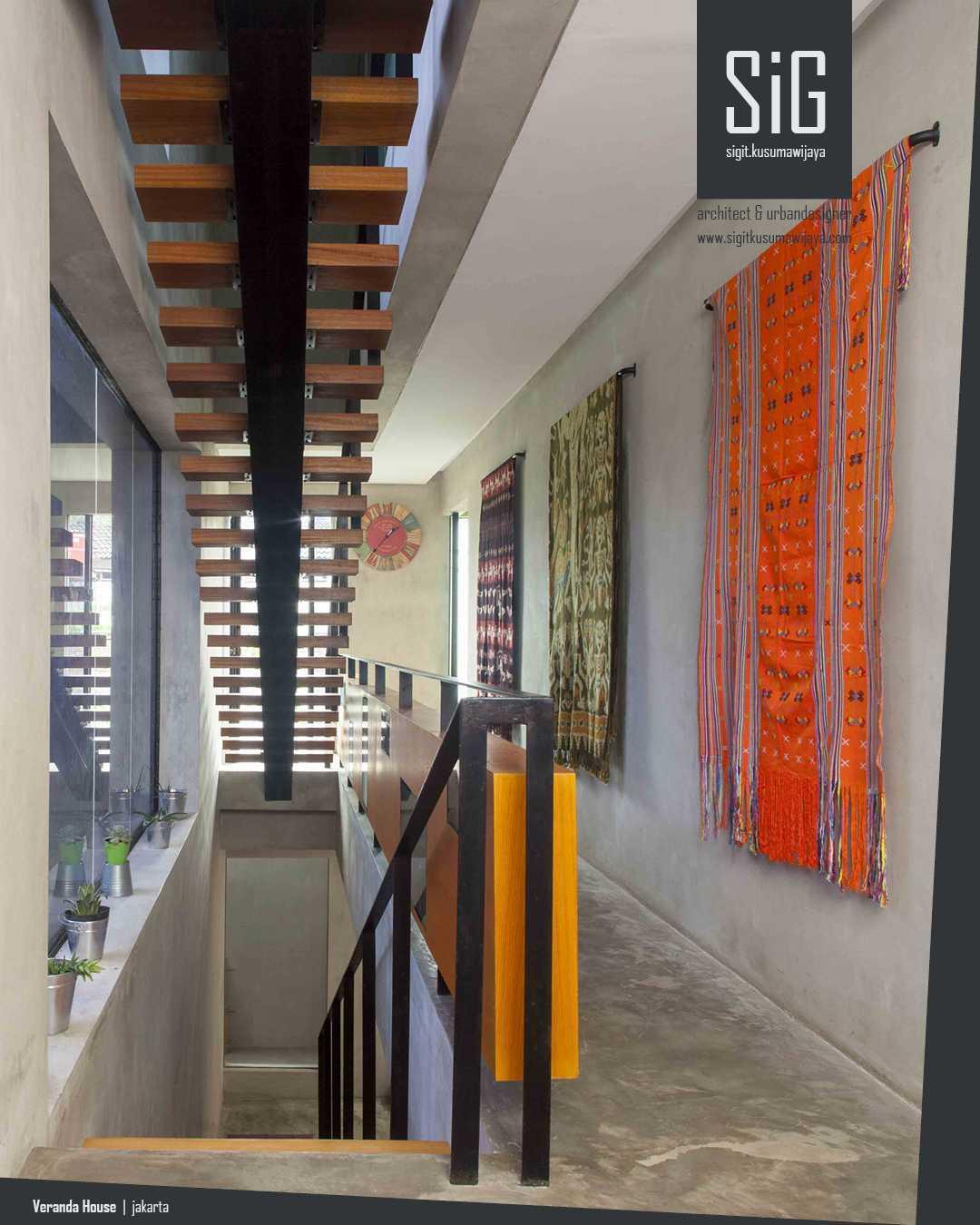 Foto inspirasi ide desain koridor dan lorong Sigitkusumawijaya-architect-urbandesigner-rumah-beranda-green-boarding-house oleh sigit.kusumawijaya | architect & urbandesigner di Arsitag