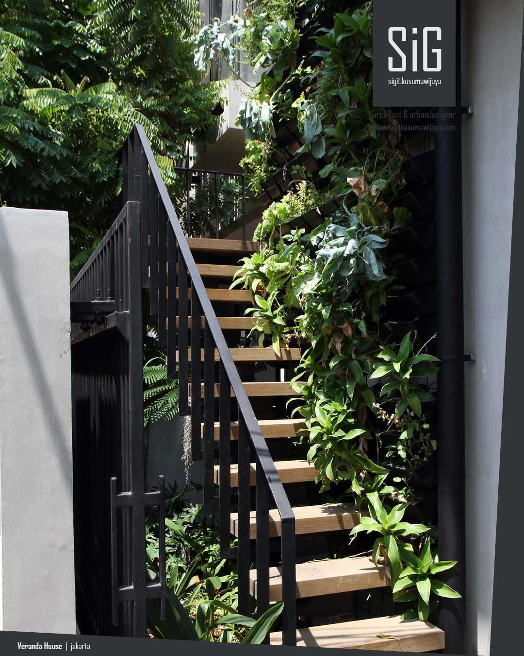 Foto inspirasi ide desain tangga industrial Sigitkusumawijaya-architect-urbandesigner-rumah-beranda-green-boarding-house oleh sigit.kusumawijaya | architect & urbandesigner di Arsitag