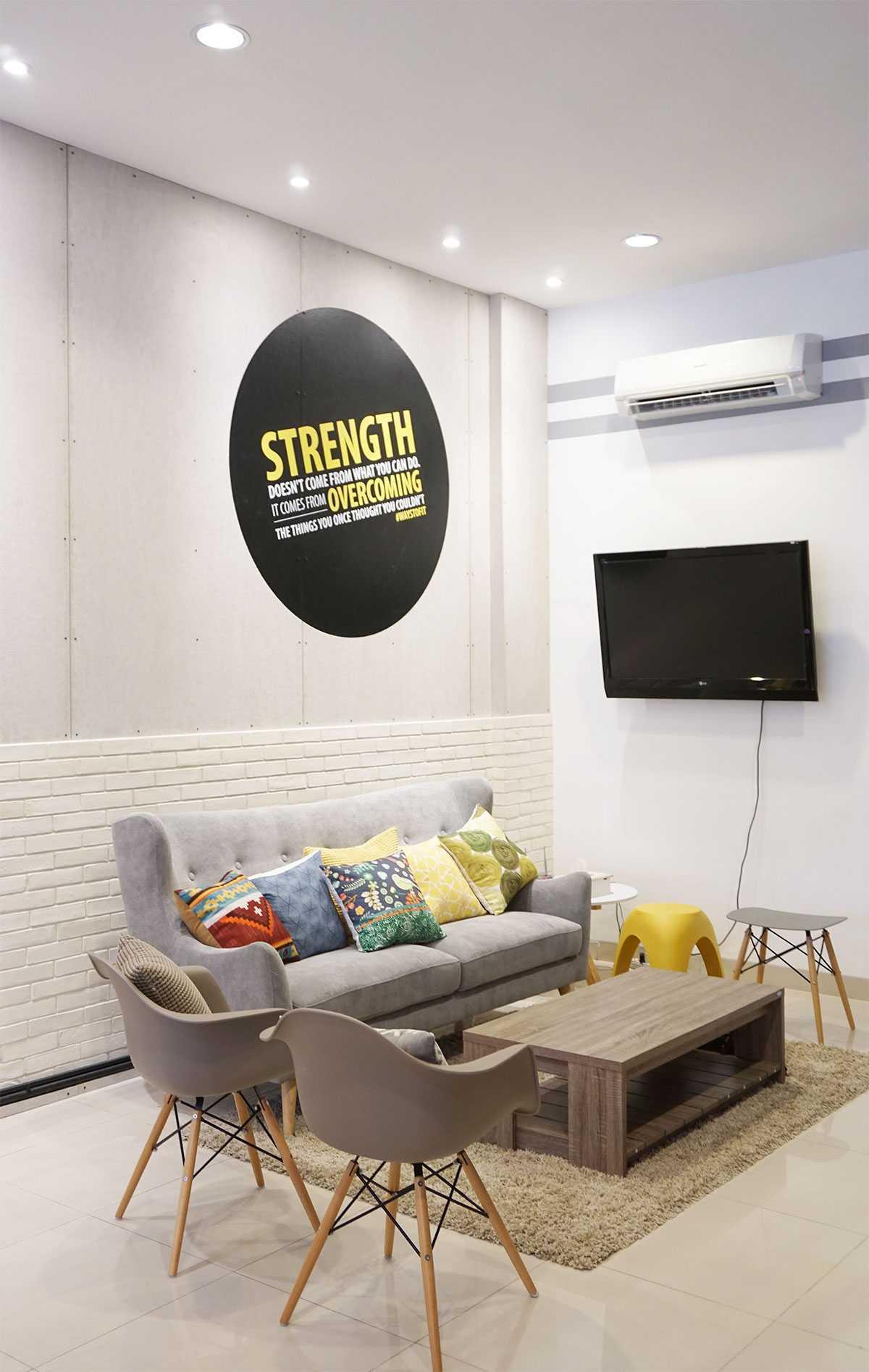 Foto inspirasi ide desain gym modern Guest room oleh Vindo Design di Arsitag