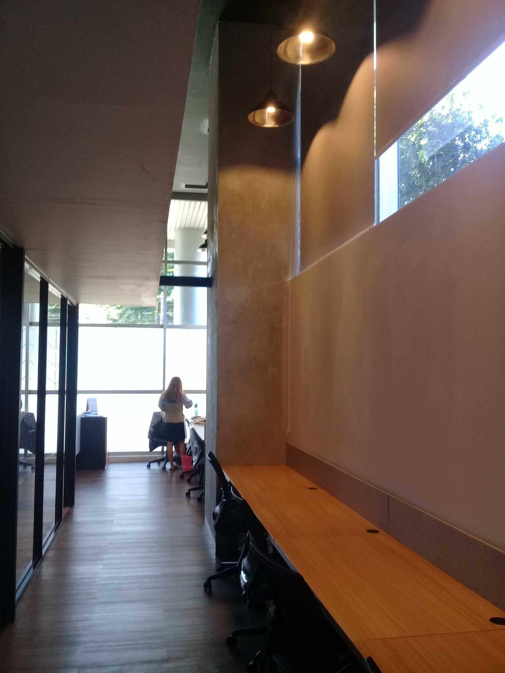 Foto inspirasi ide desain ruang kerja industrial Area kerja karyawan oleh yasa+ di Arsitag