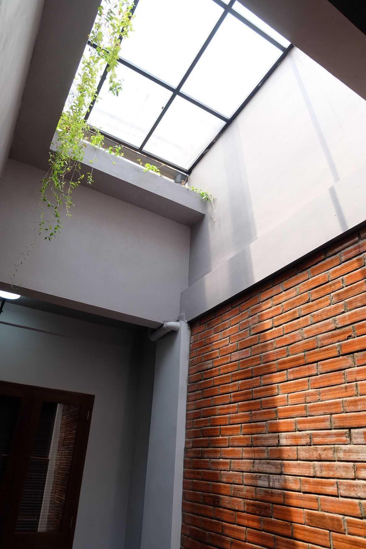 Foto inspirasi ide desain dapur industrial Fiano-rumah-mertilang oleh FIANO di Arsitag