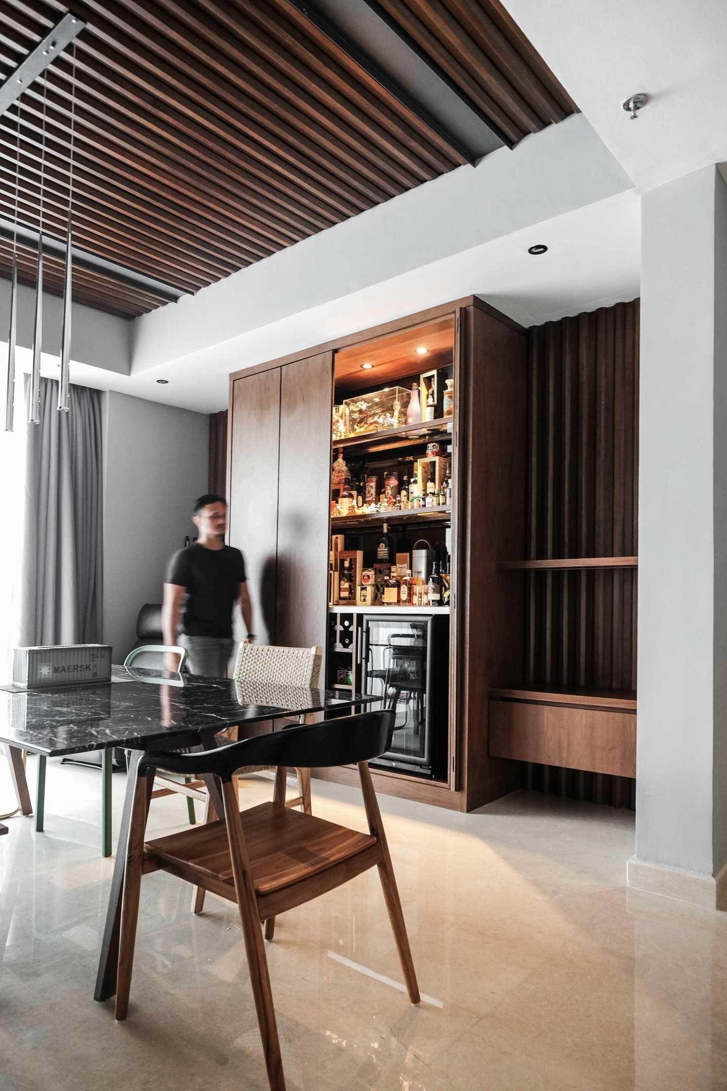 Foto inspirasi ide desain apartemen industrial Dining area oleh FIANO di Arsitag