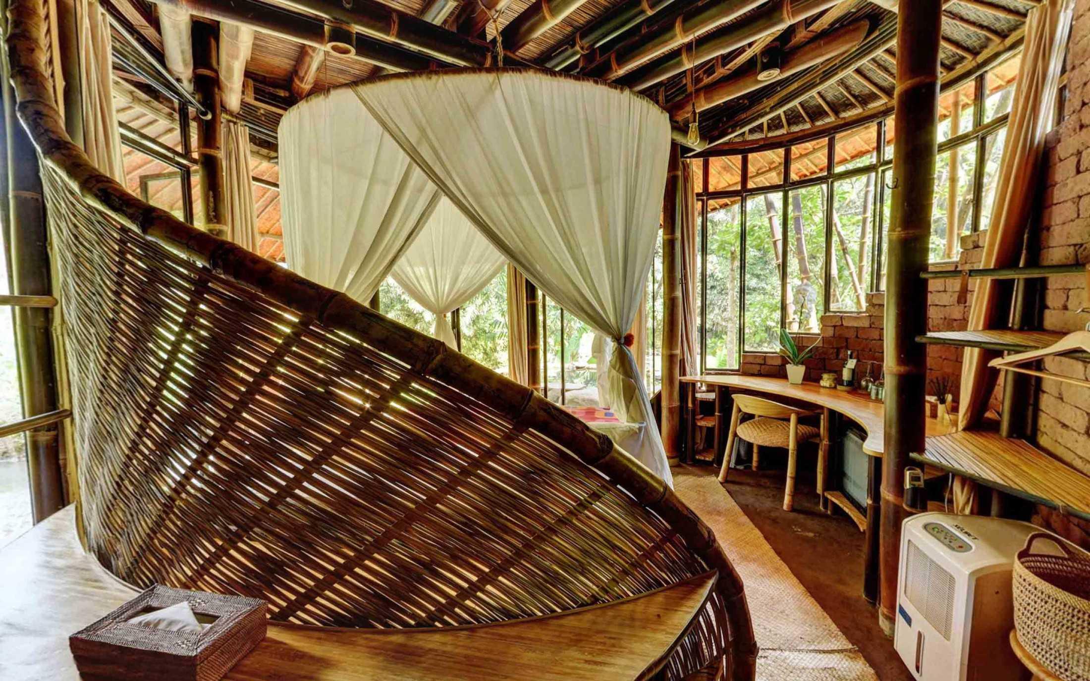 Agung Budi Raharsa | Architecture & Engineering Riverbend Bamboo House - Bali Bali, Indonesia Bali, Indonesia Courtyard Tropical 88706