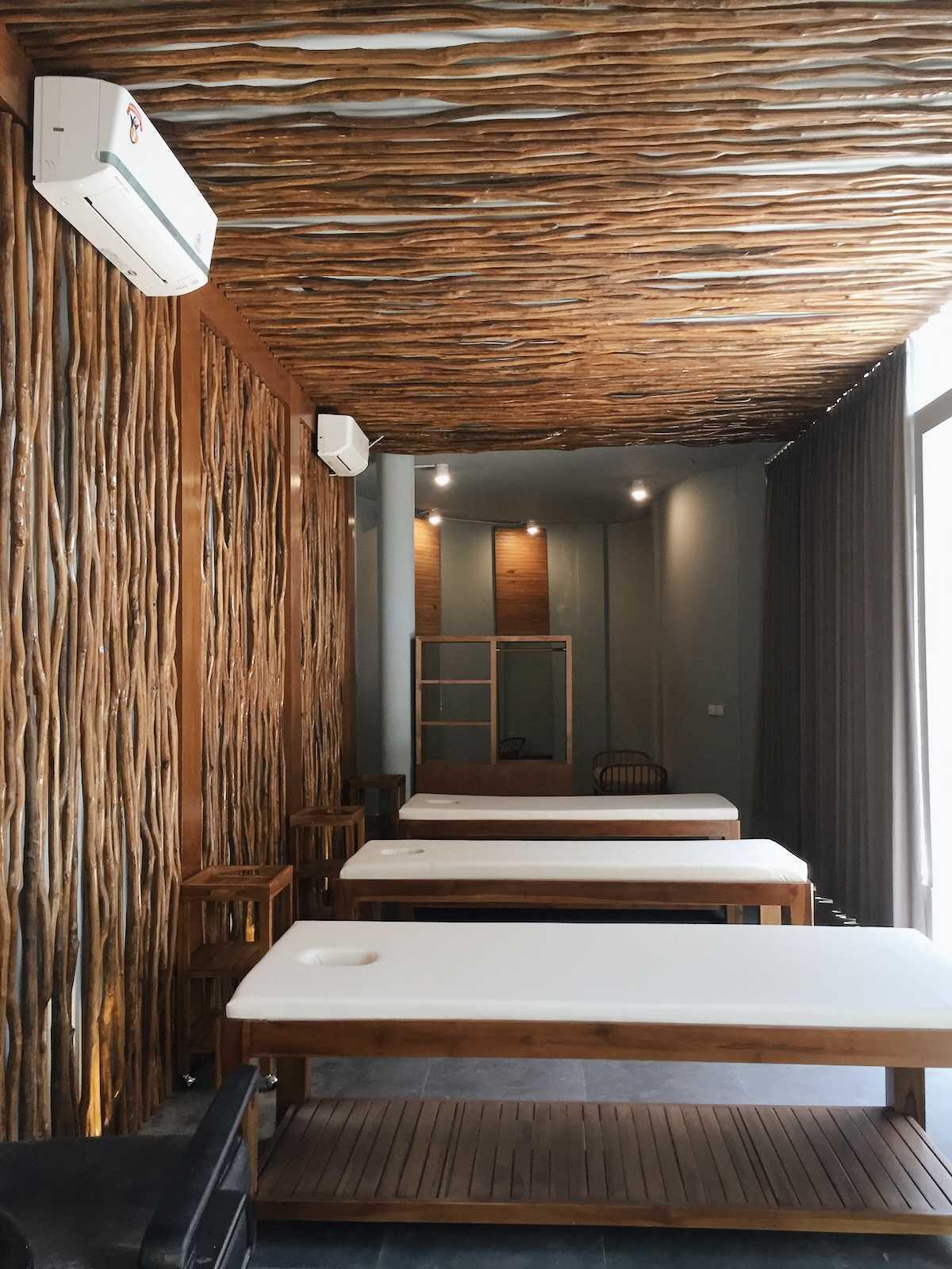 Sume Interior Taman Air Spa Jl. Sunset Road No.88, Kuta, Kabupaten Badung, Bali 80361, Indonesia Jl. Sunset Road No.88, Kuta, Kabupaten Badung, Bali 80361, Indonesia Sume-Interior-Taman-Air-Spa-Treatment-Room  101120