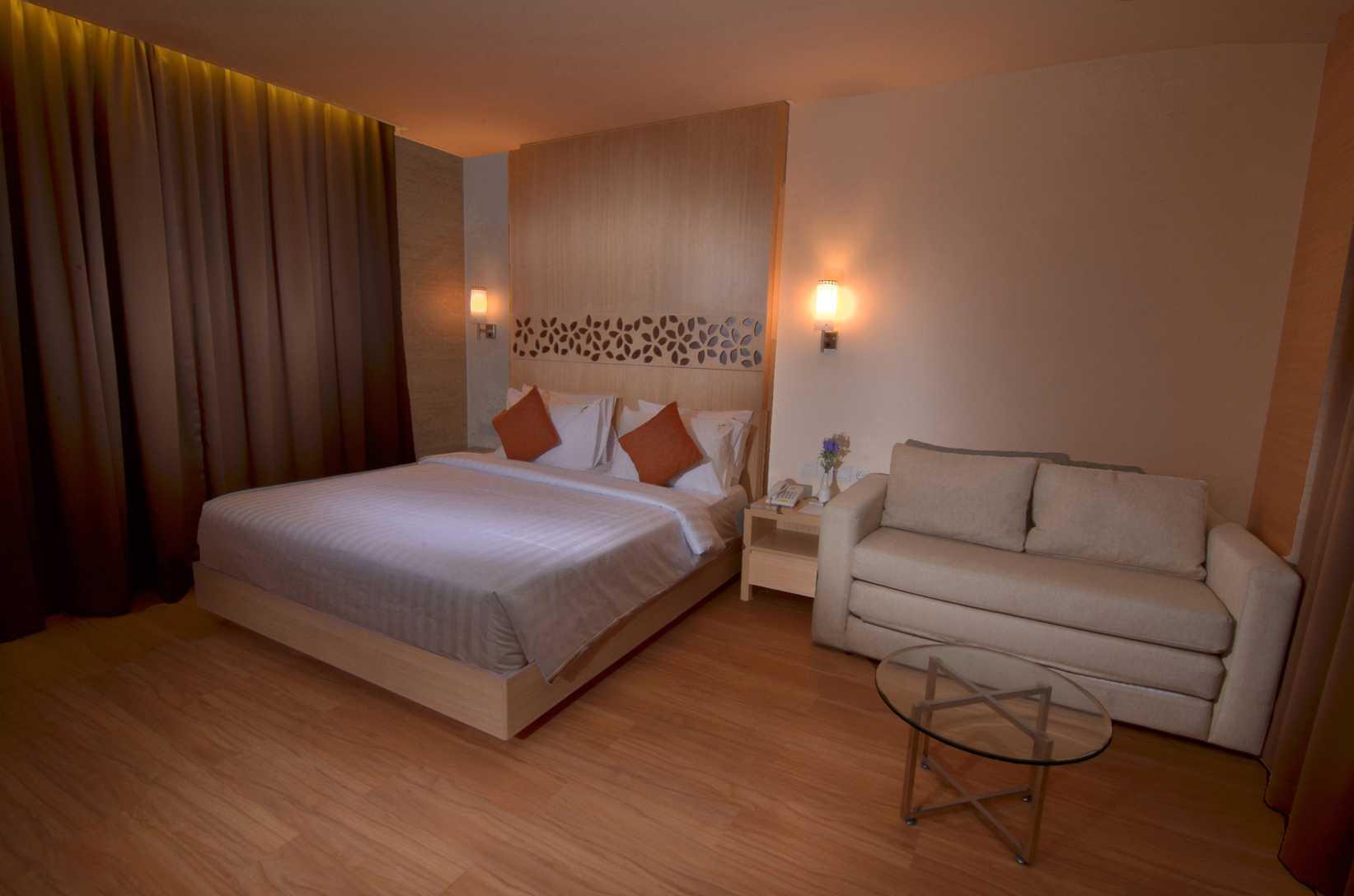 Foto inspirasi ide desain ruang keluarga asian A-n-j-a-r-s-i-t-e-k-aloha-suite-hotel oleh A N J A R S I T E K di Arsitag