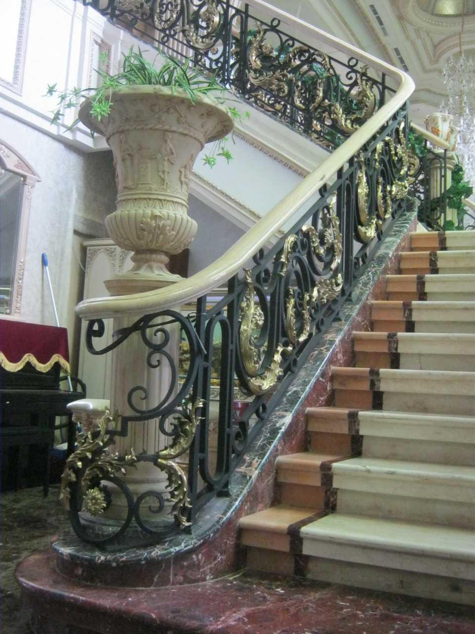 Foto inspirasi ide desain tangga klasik Archco-sm-residance- oleh ARCH.co di Arsitag