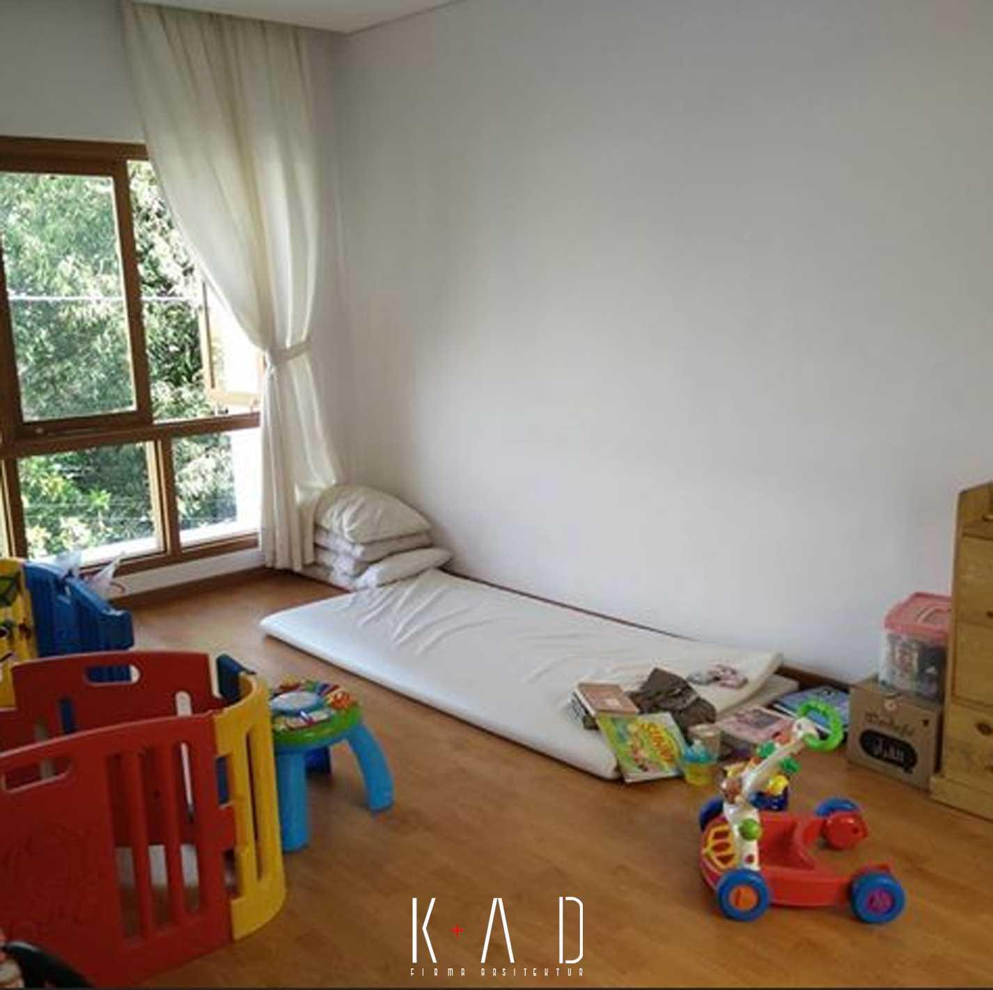 Foto inspirasi ide desain ruang belajar modern R+a house | kids roo m oleh KAD Firma Arsitektur di Arsitag