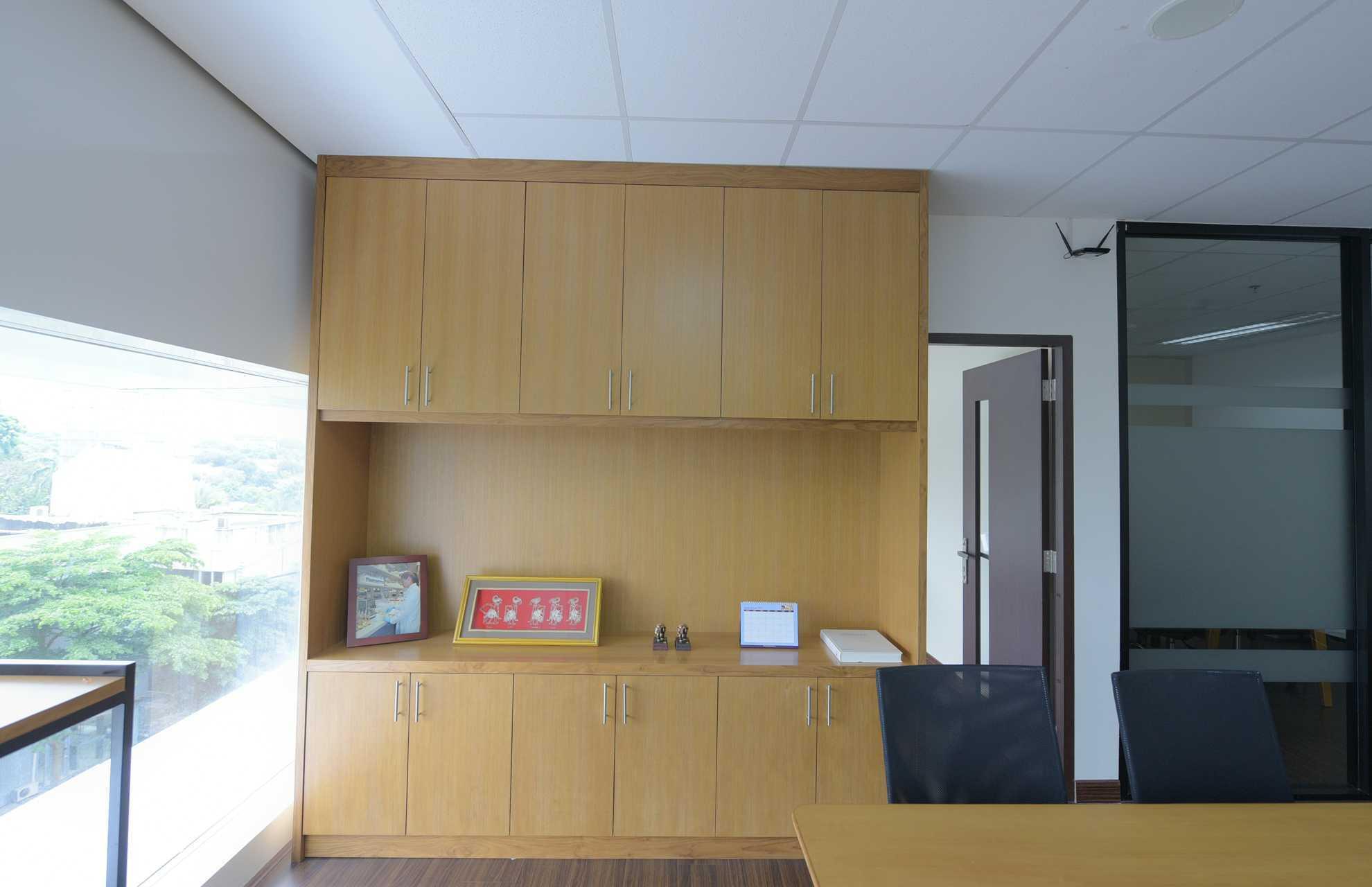 Foto inspirasi ide desain ruang kerja skandinavia Home office oleh Home by Fabelio.com di Arsitag