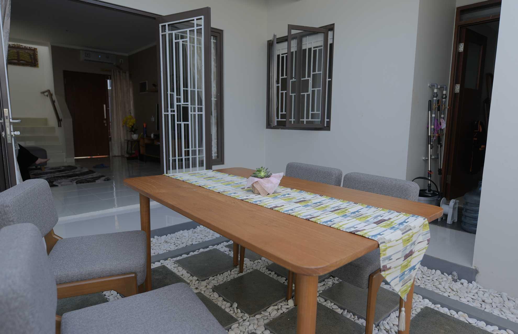 Foto inspirasi ide desain ruang makan skandinavia Dining room oleh Home by Fabelio.com di Arsitag