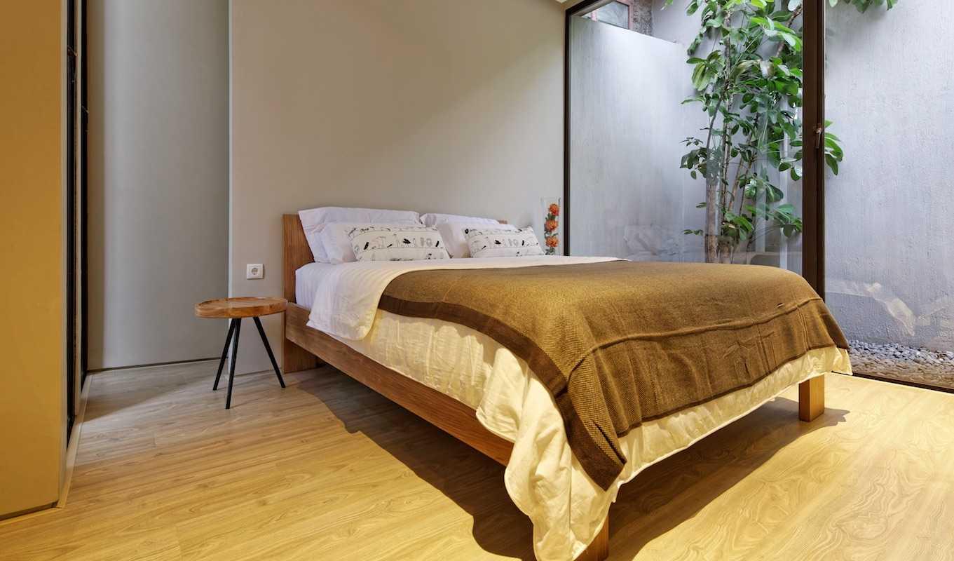 Foto inspirasi ide desain kamar tidur tropis Bedroom view oleh Gets Architects di Arsitag
