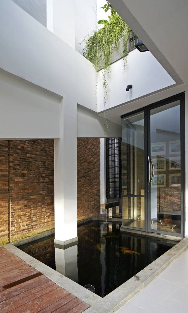 Sonny Sutanto Architects Sonny Sutanto Architects New Office Sunter, North Jakarta, Indonesia Sunter, North Jakarta, Indonesia Fish Pond  <P>Fish Pond Located In The Entrance, Can Be Viewed From Dining Area (Lattice Door On The Left), Waiting Area (Glass Door), And Principal's Balcony (Above).</p> 2098
