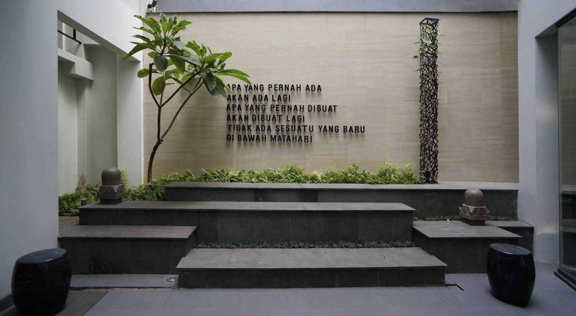 Sonny Sutanto Architects Sonny Sutanto Architects New Office Sunter, North Jakarta, Indonesia Sunter, North Jakarta, Indonesia Courtyard  <P>Ecclesiastes 1:9</p> 2100