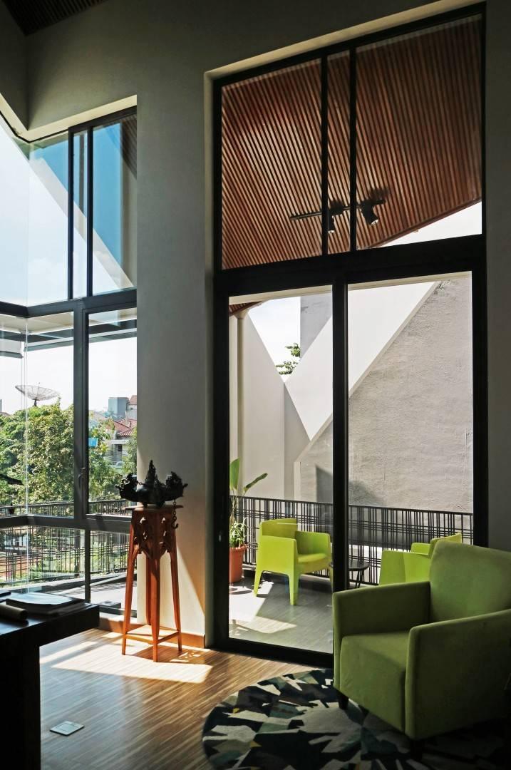 Sonny Sutanto Architects Sonny Sutanto Architects New Office Sunter, North Jakarta, Indonesia Sunter, North Jakarta, Indonesia Accessto Balcony   2108