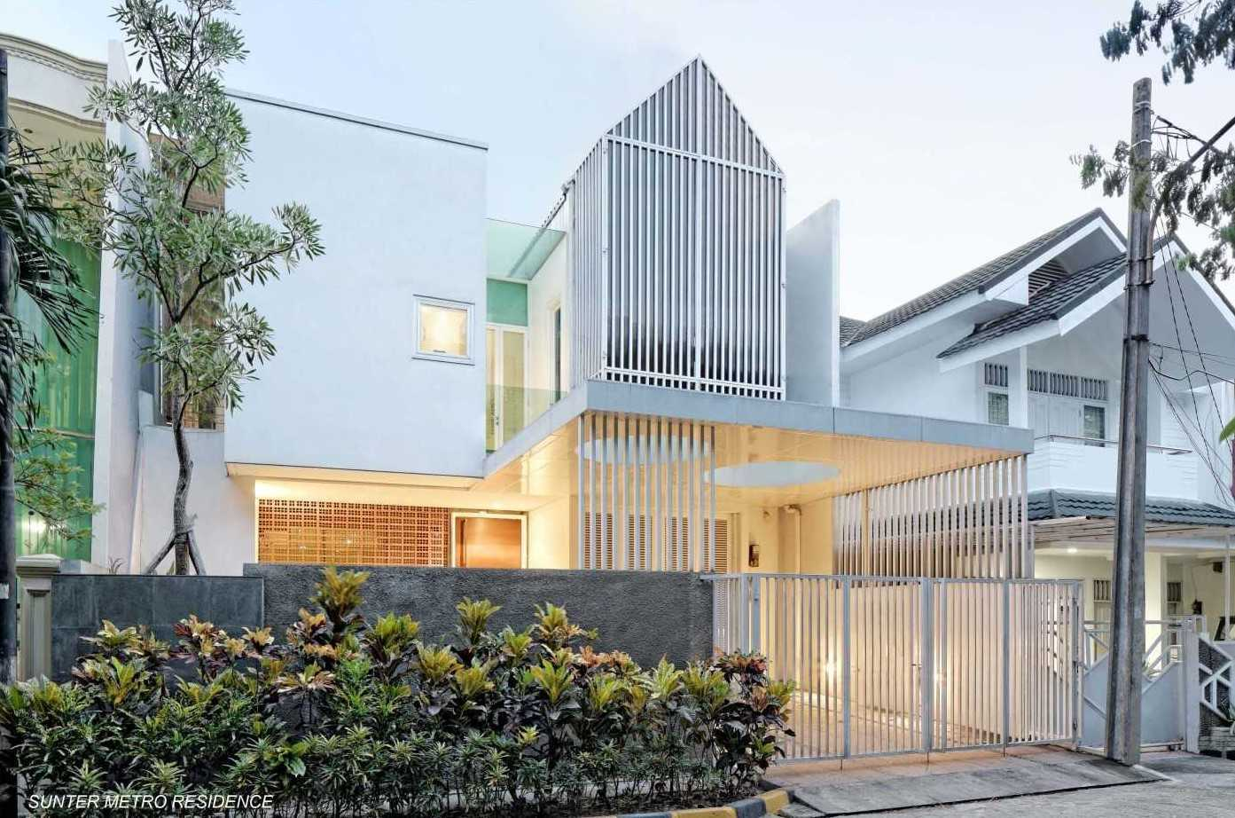 Atelier Cosmas Gozali Sunter Residence Sunter, North Jakarta Sunter, North Jakarta Side View Tropical  31250