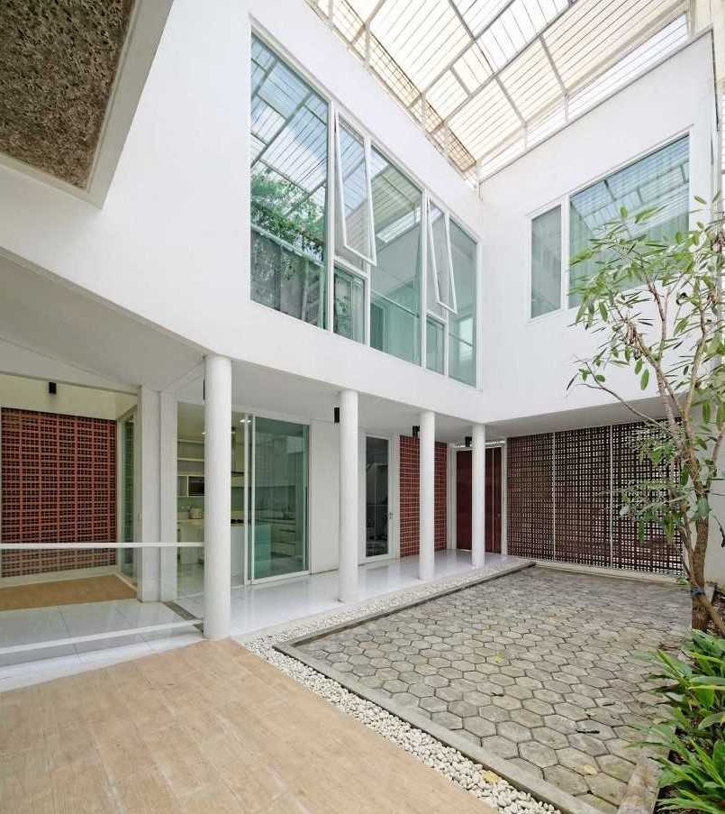 Atelier Cosmas Gozali Sunter Residence Sunter, North Jakarta Sunter, North Jakarta Backyard Tropis  31253