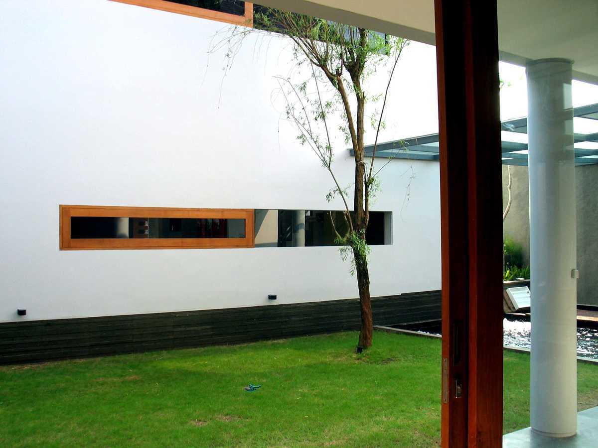 Herryj Architects 2 House Jakarta Jakarta Taman-Tengah-04 Tropis  23888