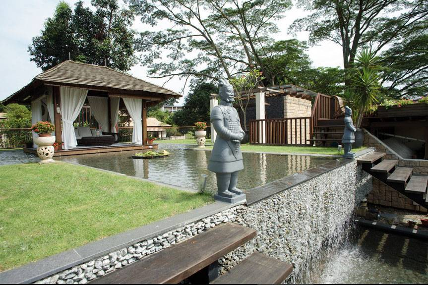 Iwan Sastrawiguna An Opulent Modern Tropical Singapore Singapore Rooftop Garden Klasik,kontemporer,tropis,modern <P>Two Xian Terracotta Warrior Statues Are Paired To Guard The Reflecting Pond And Waterfall.</p> 6651