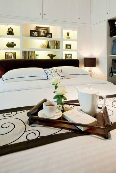 Iwan Sastrawiguna Black & White Apartment United States United States Built-In-Headboard Kontemporer <P>Black Cushioned Headboard Is Made With Many Well Lit Recessed Shelvings. There Are So Many Hidden Doors Above The Headboard For Storages. Whereas, A Built-In Wardrobe Is Installed Neatly On The Right.</p> 6656