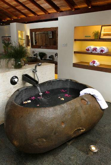 Iwan Sastrawiguna Semi Outdoor Bathrooms Indonesia Indonesia Potato-Shaped-Bath-Tub Kontemporer,klasik <P>Potato Shaped River Rock Bath Tub Is Placed Next To An Outdoor Mini Garden And A Well Lit Recessed Shelving For Display &amp; Storage.</p> 6664