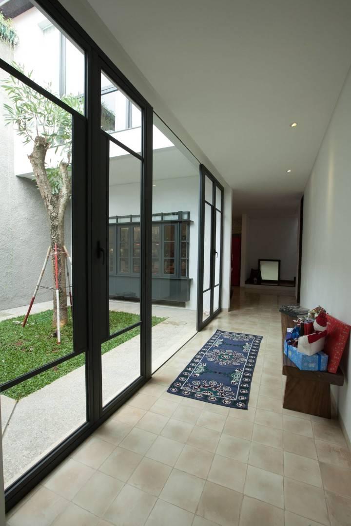 Adria Yurike Architects Bangka House Bangka, Mampang Prapatan, South Jakarta City, Jakarta, Indonesia Jakarta, Indonesia First Floor Corridor Contemporary,tropis  6922