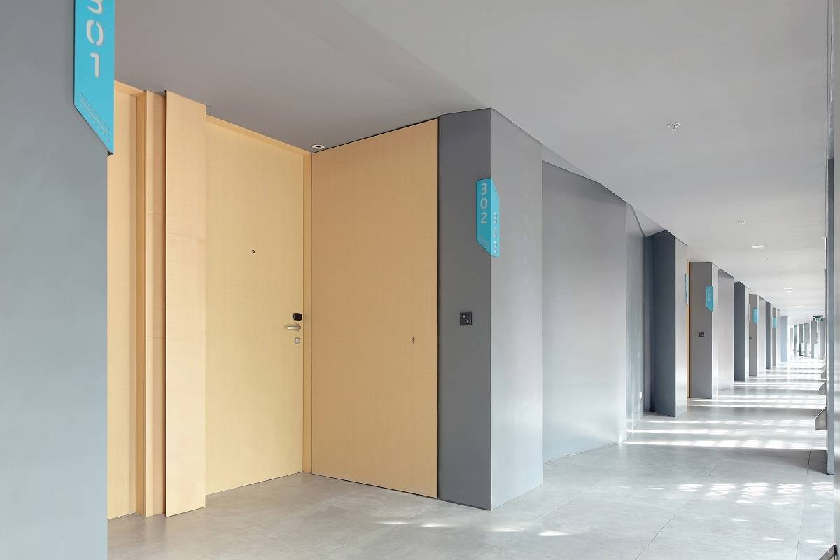 Antony Liu + Ferry Ridwan / Studio Tonton Ize Hotel Seminyak, Bali Seminyak, Bali Corridor Room Modern  7921