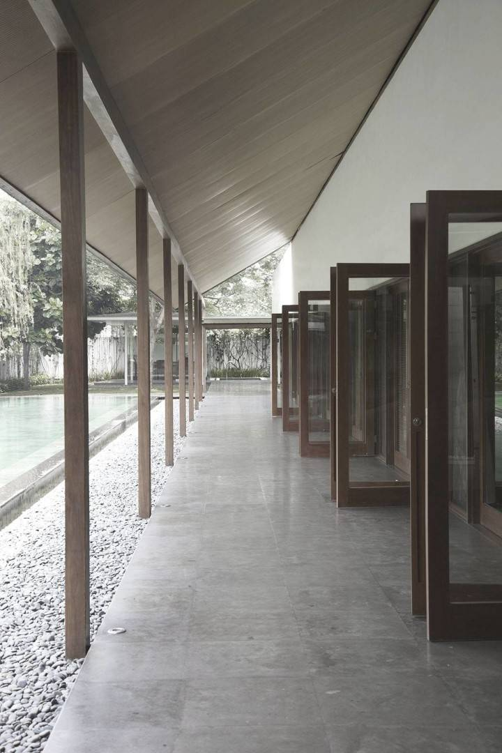 Antony Liu + Ferry Ridwan / Studio Tonton Ew House Serpong, Tangerang Serpong, Tangerang Ew House - Hallway Tropical  8101