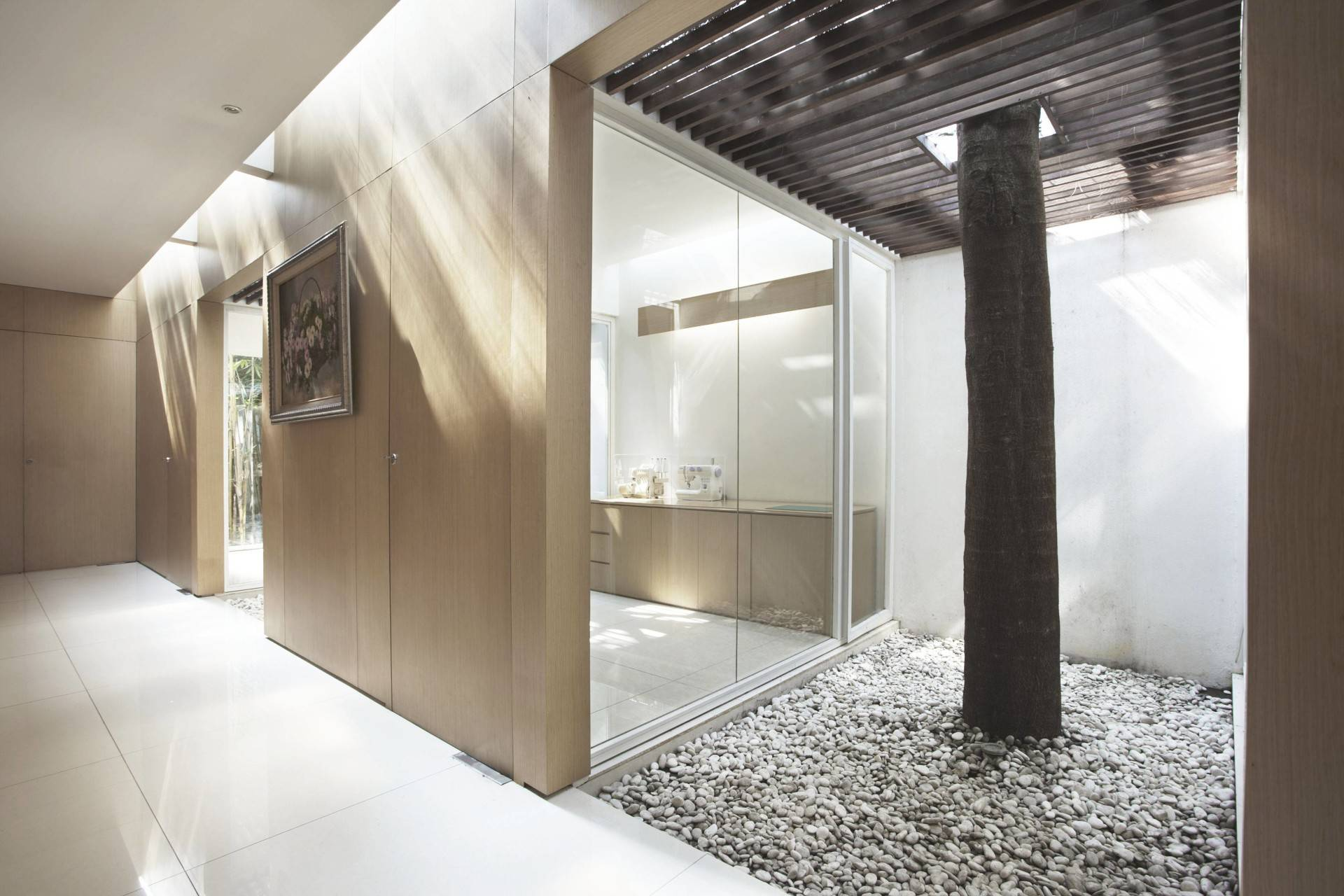 Antony Liu + Ferry Ridwan / Studio Tonton Ew House Serpong, Tangerang Serpong, Tangerang Ew House - Indoor Garden Area Modern  8104