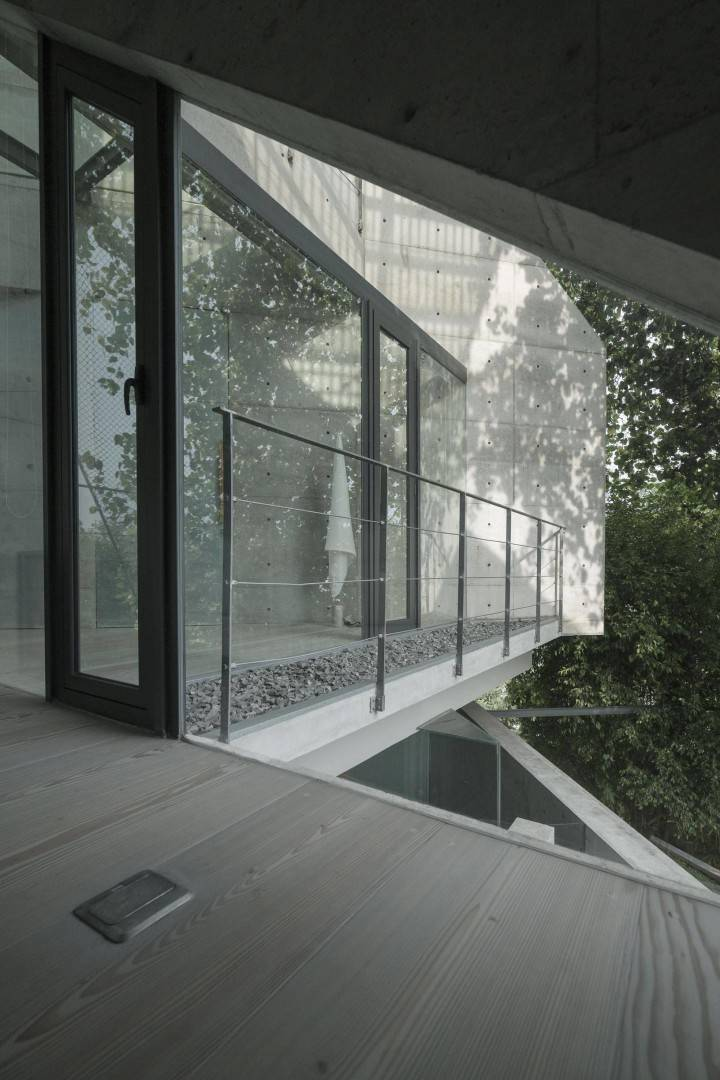 Antony Liu + Ferry Ridwan / Studio Tonton Js House Tulodong, Jakarta, Indonesia Tulodong, Jakarta, Indonesia Js House - Balcony Modern  8134