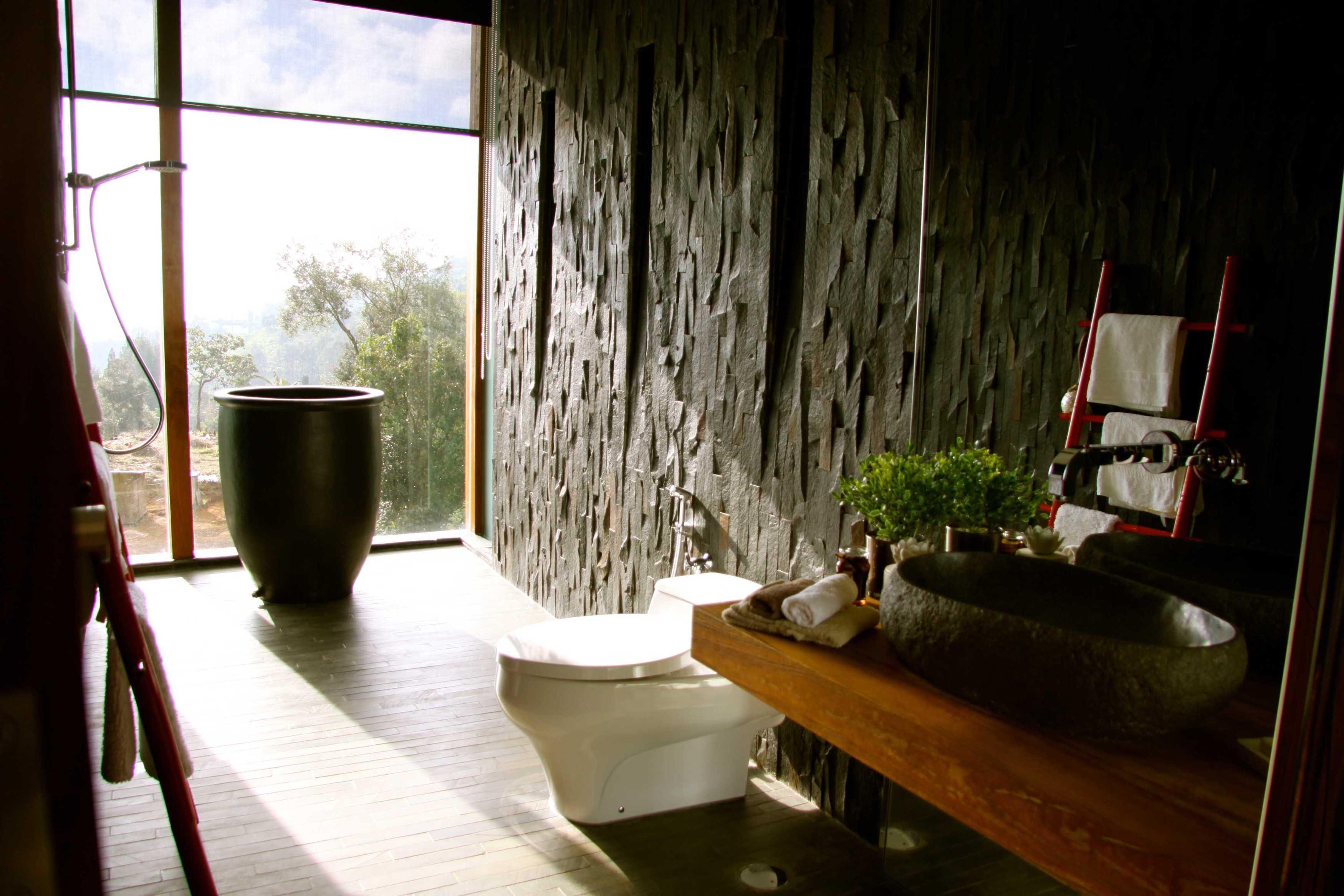Rudy Dodo Private Villa Cilember, Puncak - Bogor Cilember, Puncak - Bogor Bathroom   9183